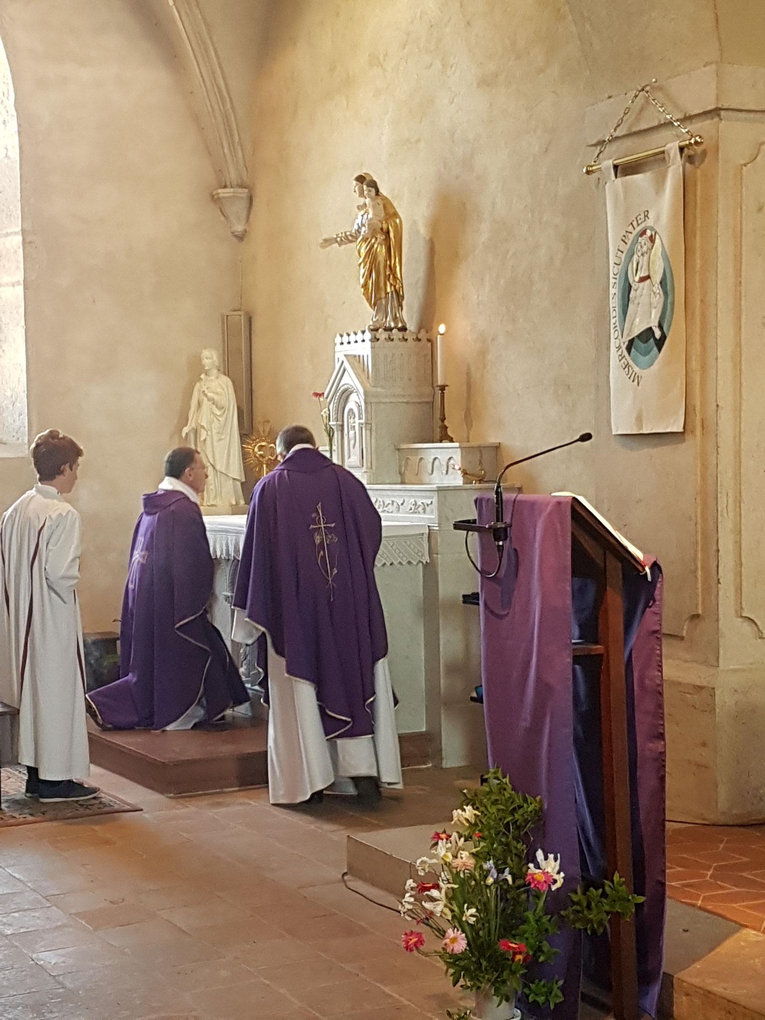 Le Saint-Sacrement est déposé solennellement au tabernacle (avec encensement).