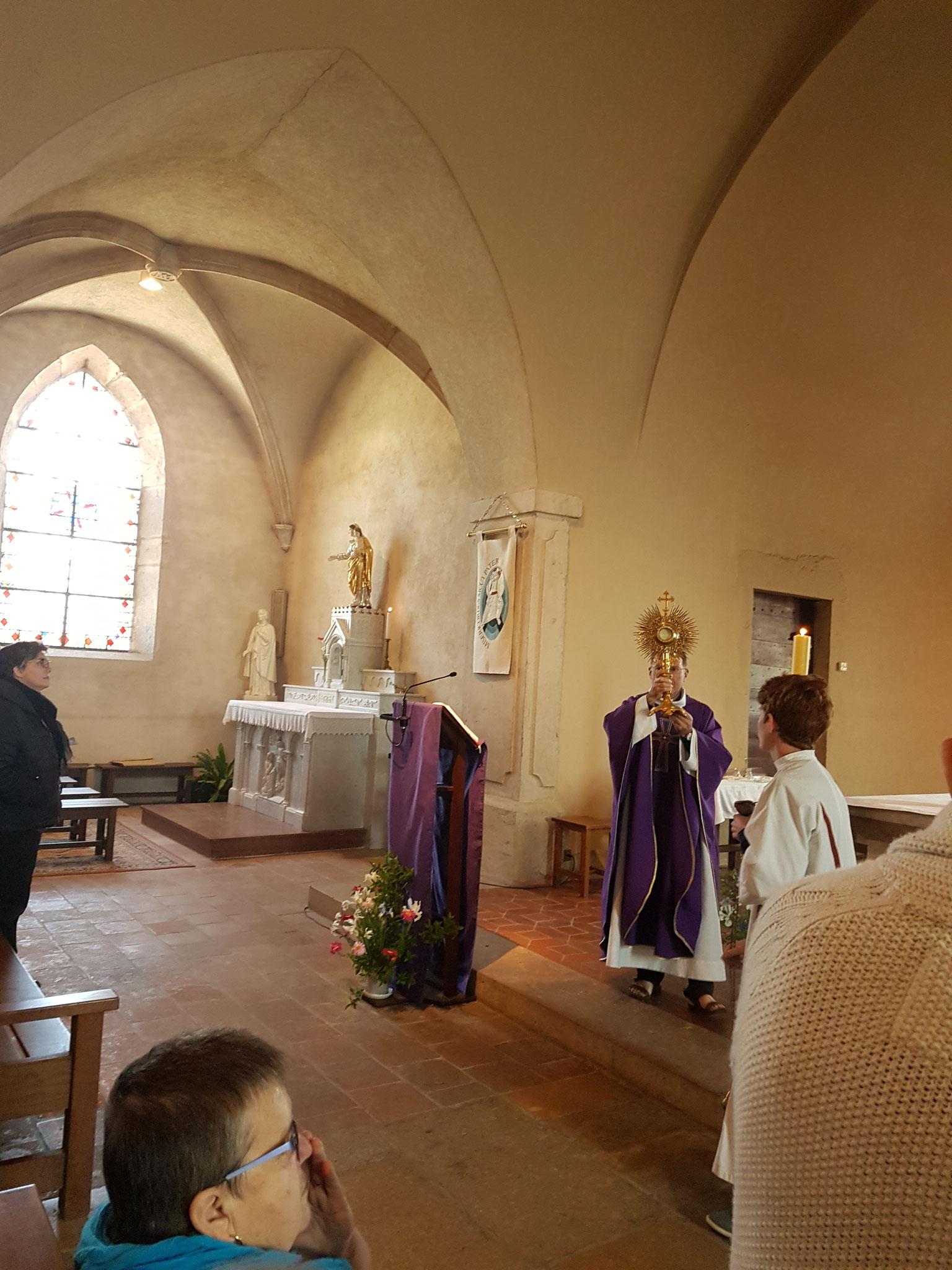 Adoration du Saint-Sacrement et chant du Tantum Ergo.
