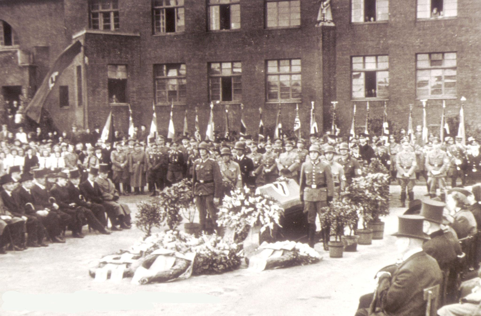 NS-Trauerfeier am 16.09.1944 vor der Marktschule Ickern für 92 Bombenopfer am 11.09.1944 durch die Engländer