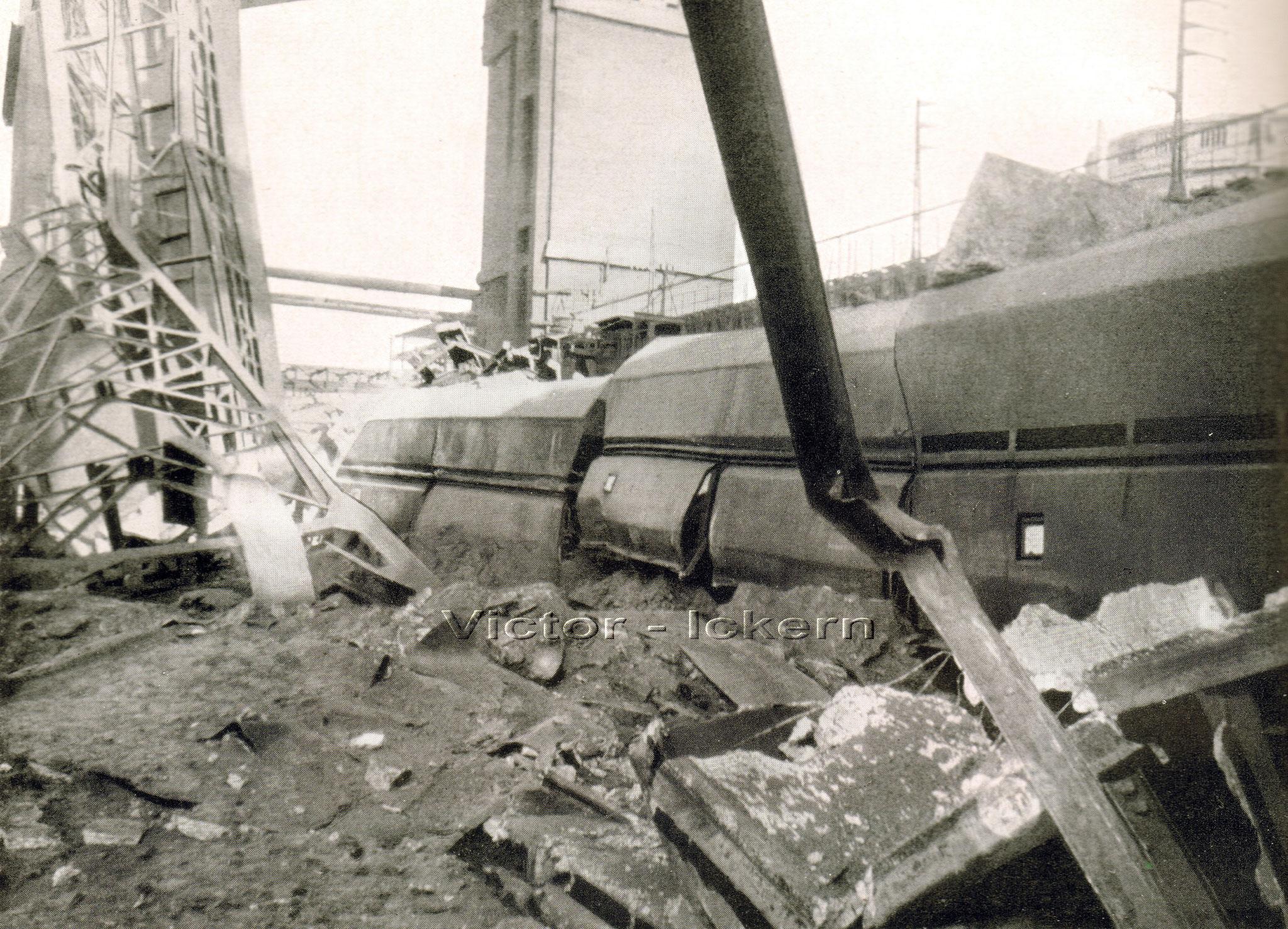 Victor III/IV nach dem Bombenangriff am 09.11.1944, Zerstörte Kokskohlen Transportanlage, Koksbattereie und Grossraumwagen