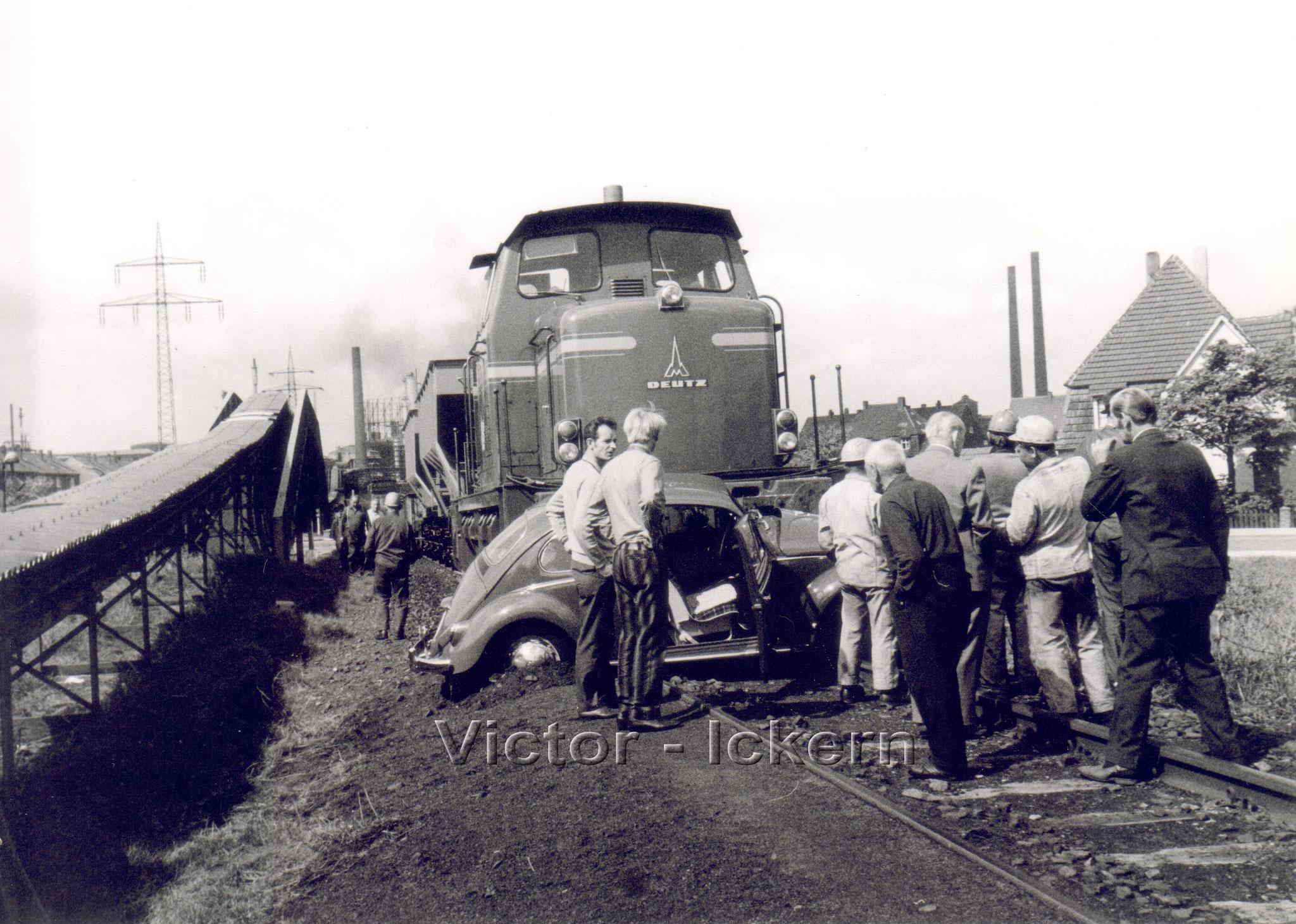 Autounfall mit Zechenbahn an der Vinckestrasse   1970
