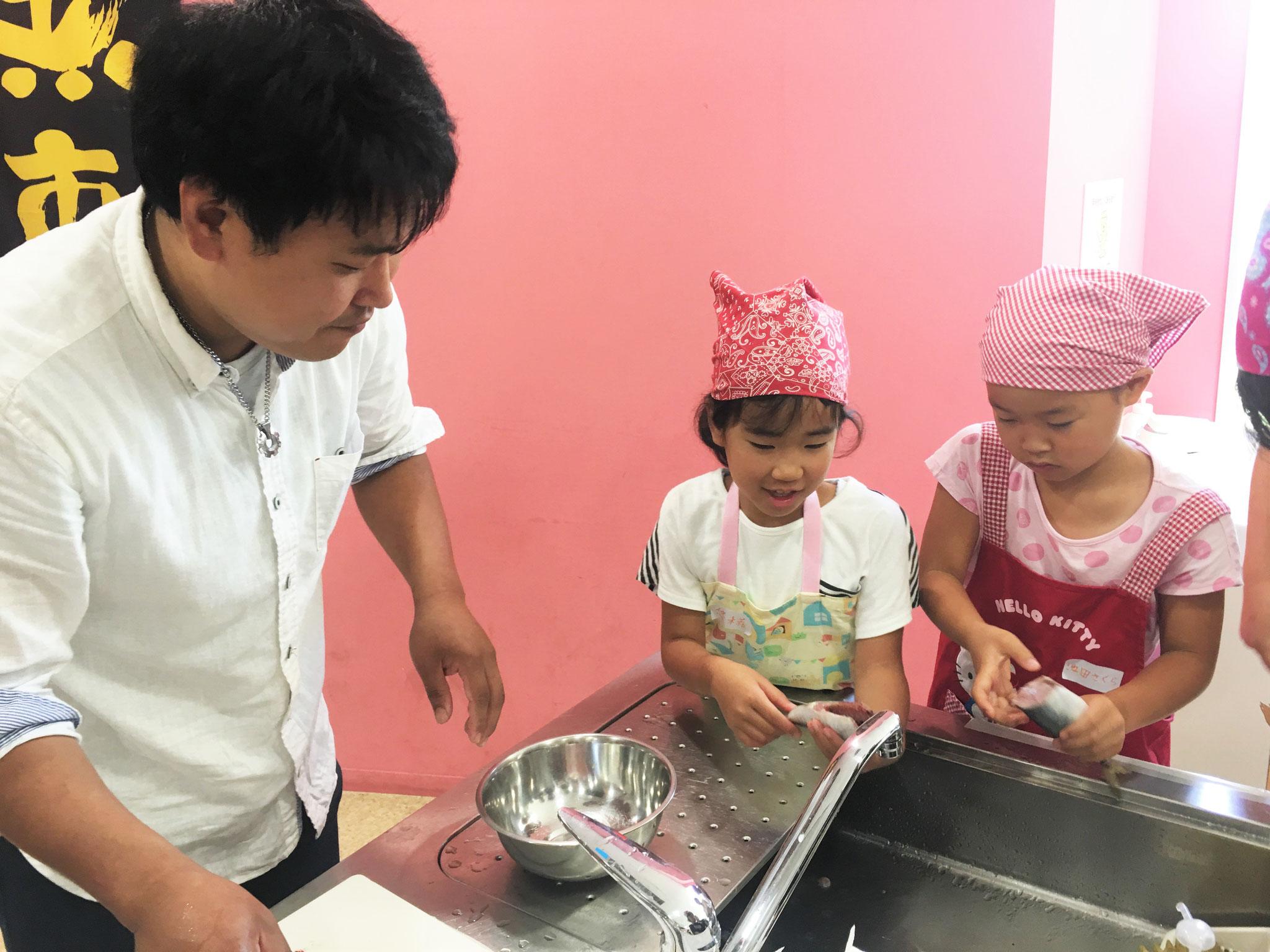 ヤマツ商店、倉八さんより指導を受ける子供たち!
