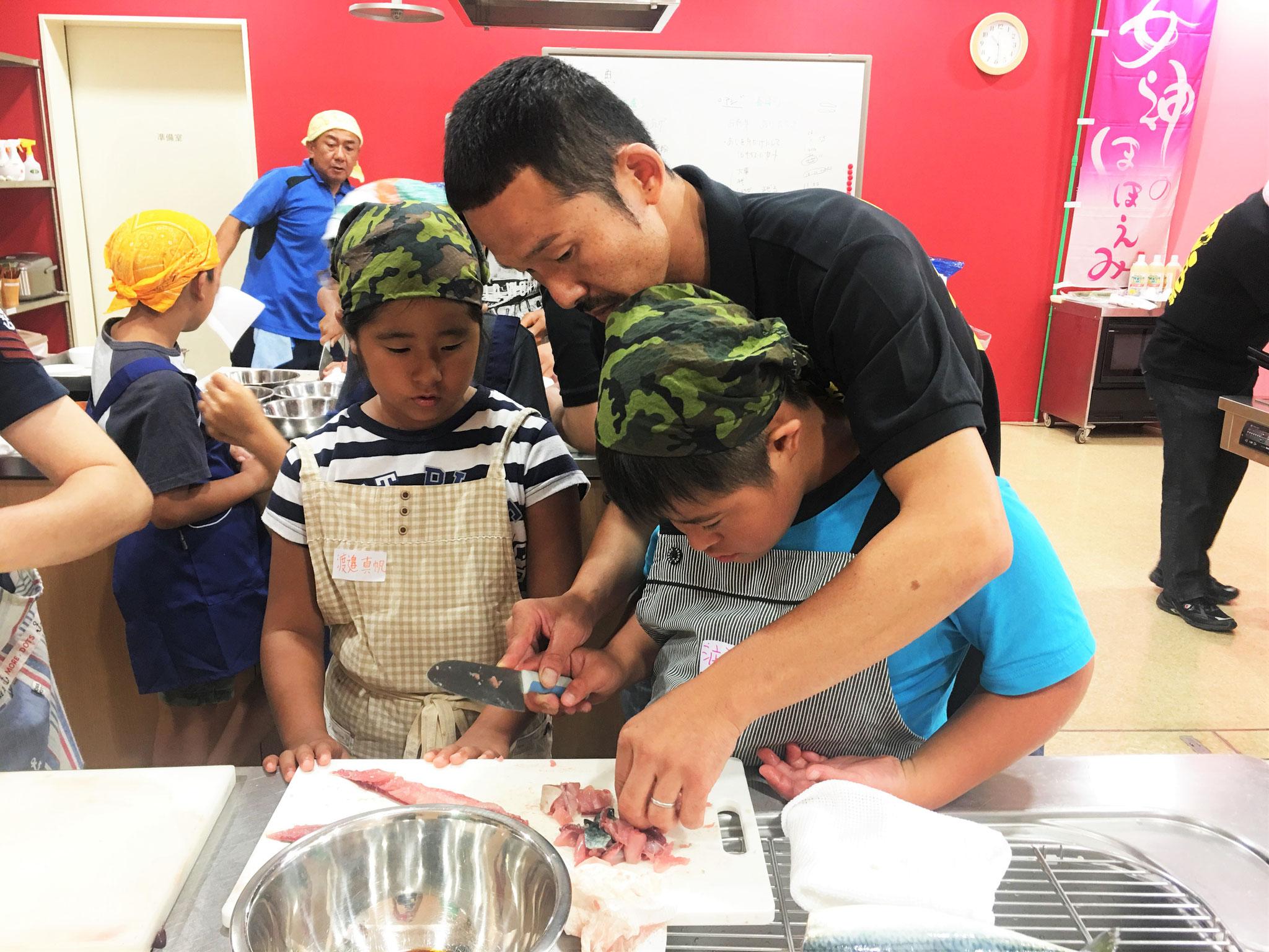 魚末商店、永田さんから指導を受ける子供たち!