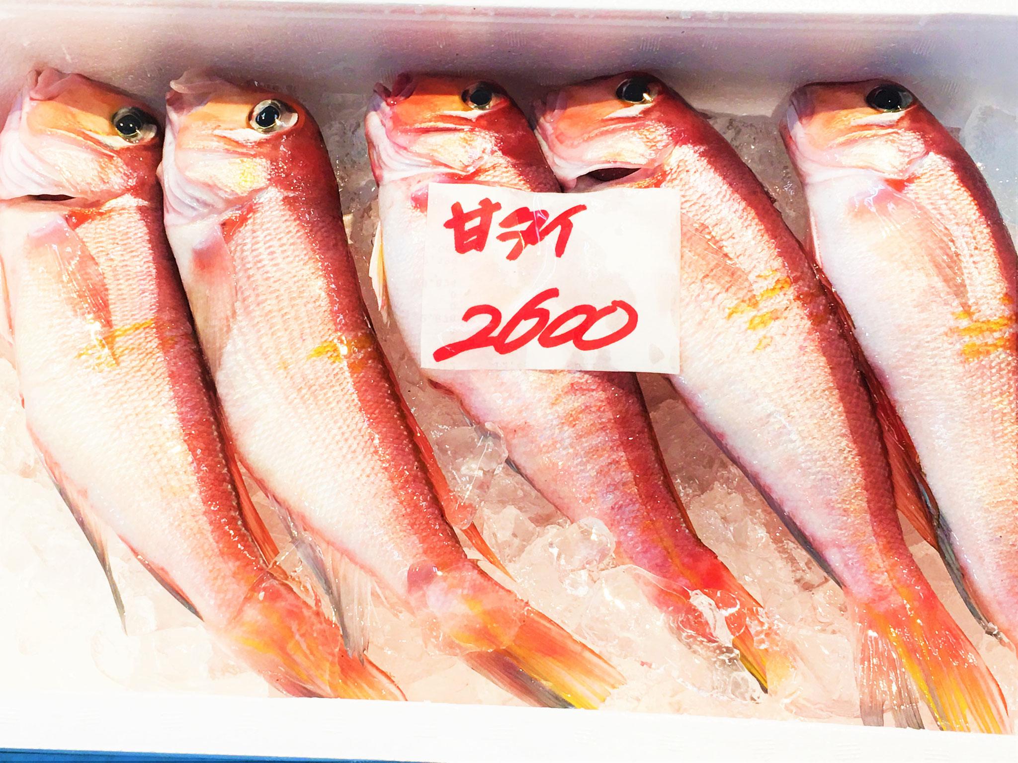色鮮やかな甘鯛は刺し身や煮付けに!これだけ入って2600円。