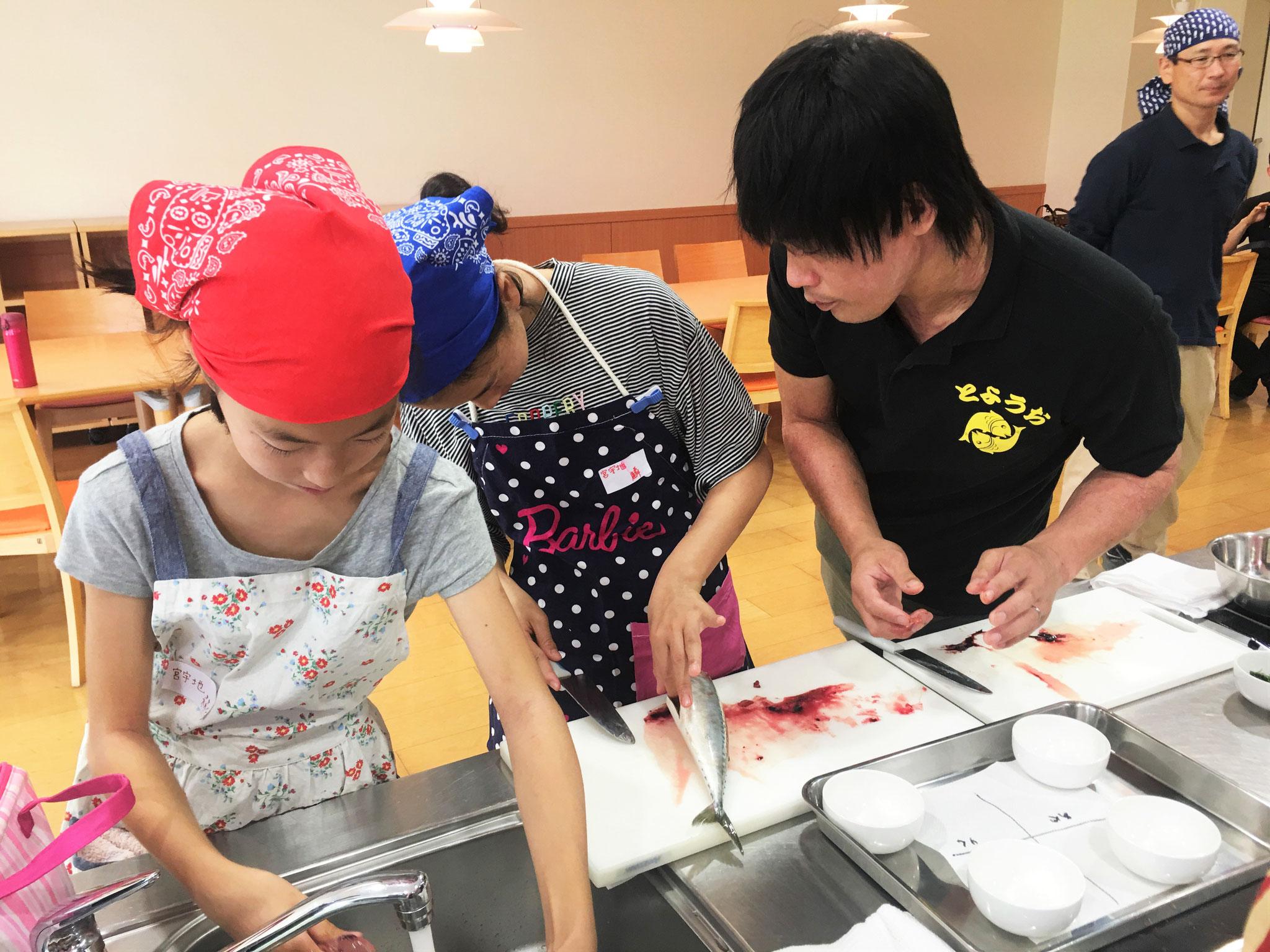 カネ平商店、高津さんより指導を受ける子供たち!