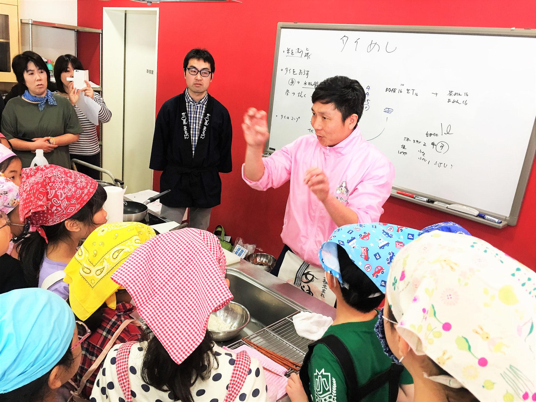 八十八米穀店の岩嶋さんからお米の研ぎ方を学ぶ。
