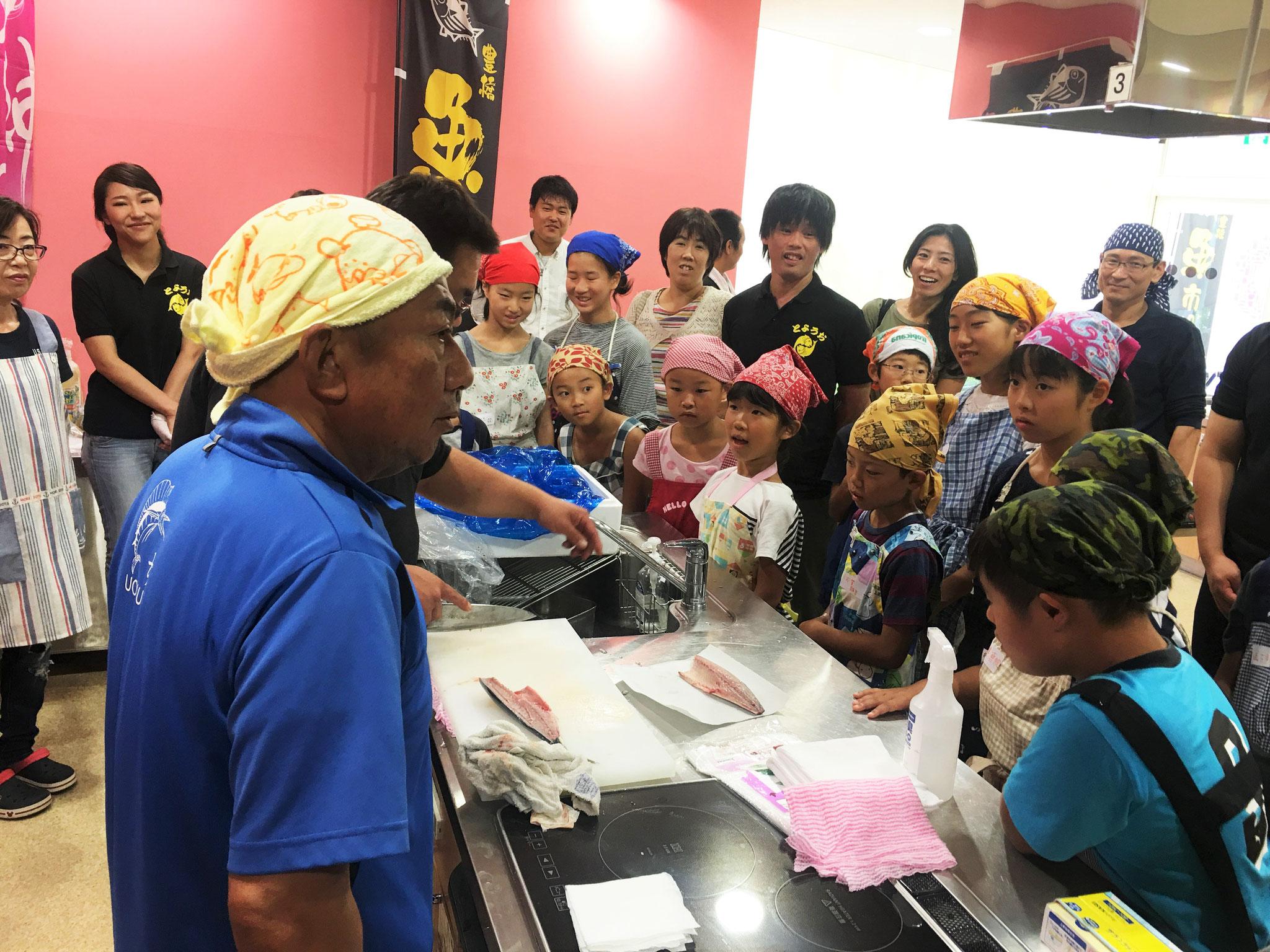 さあはじめよう! 講師の魚末商店、中村さんが熱く指導!
