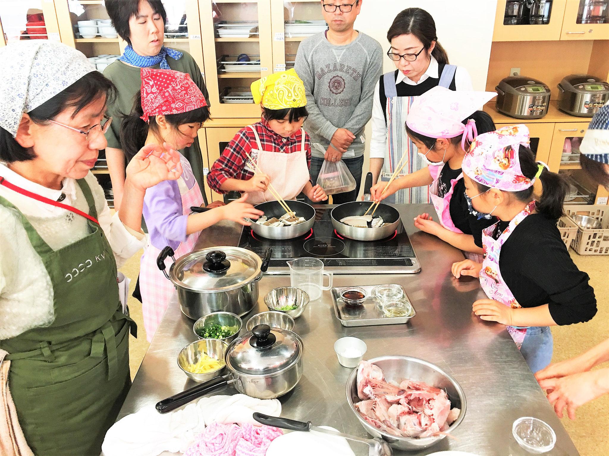 ご飯の上にのせる鯛を香ばしく焼き上げます。