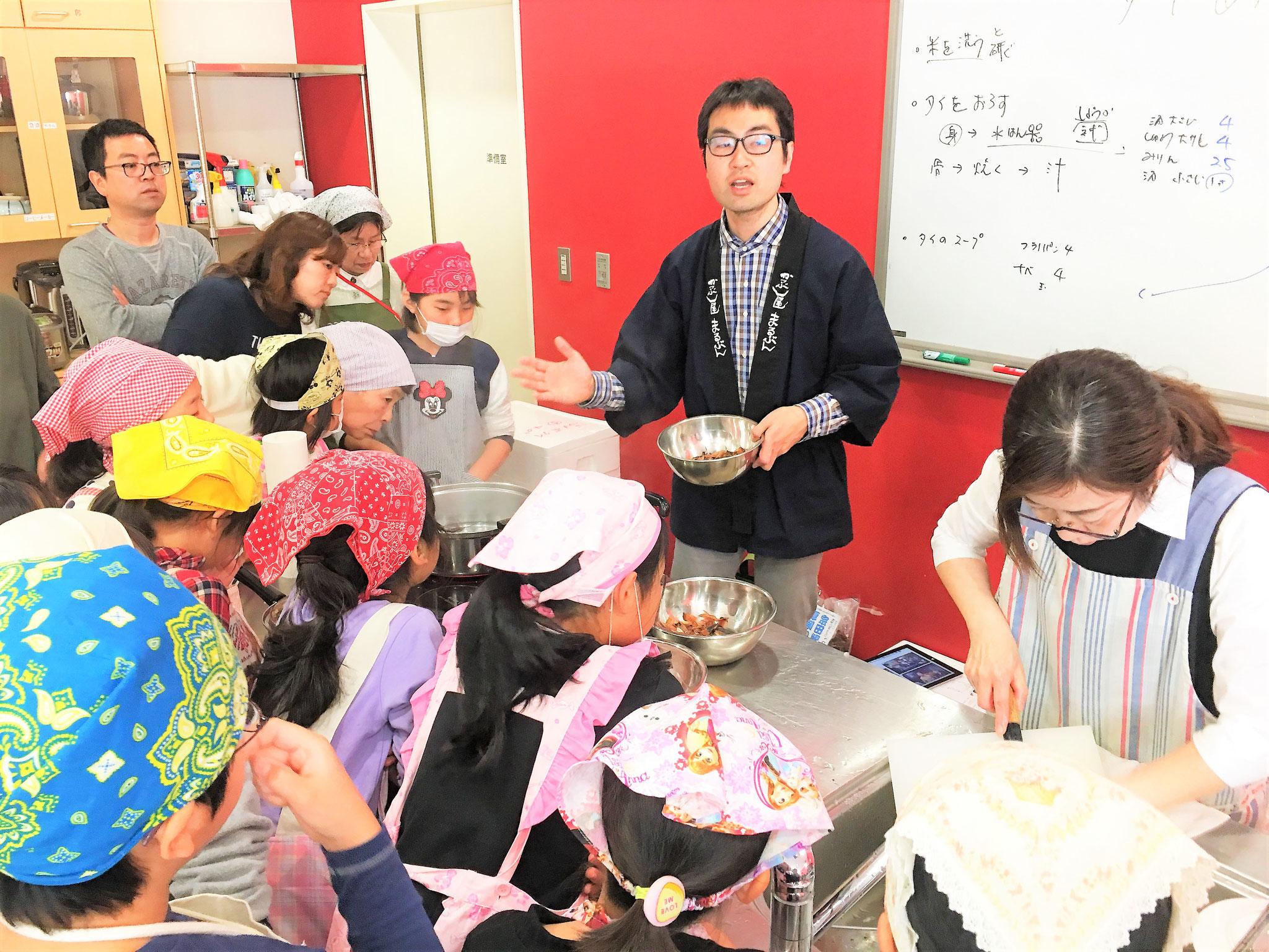 丸文岩瀬商店の岩瀬さんからカツオ節からのダシの取り方を学ぶ。