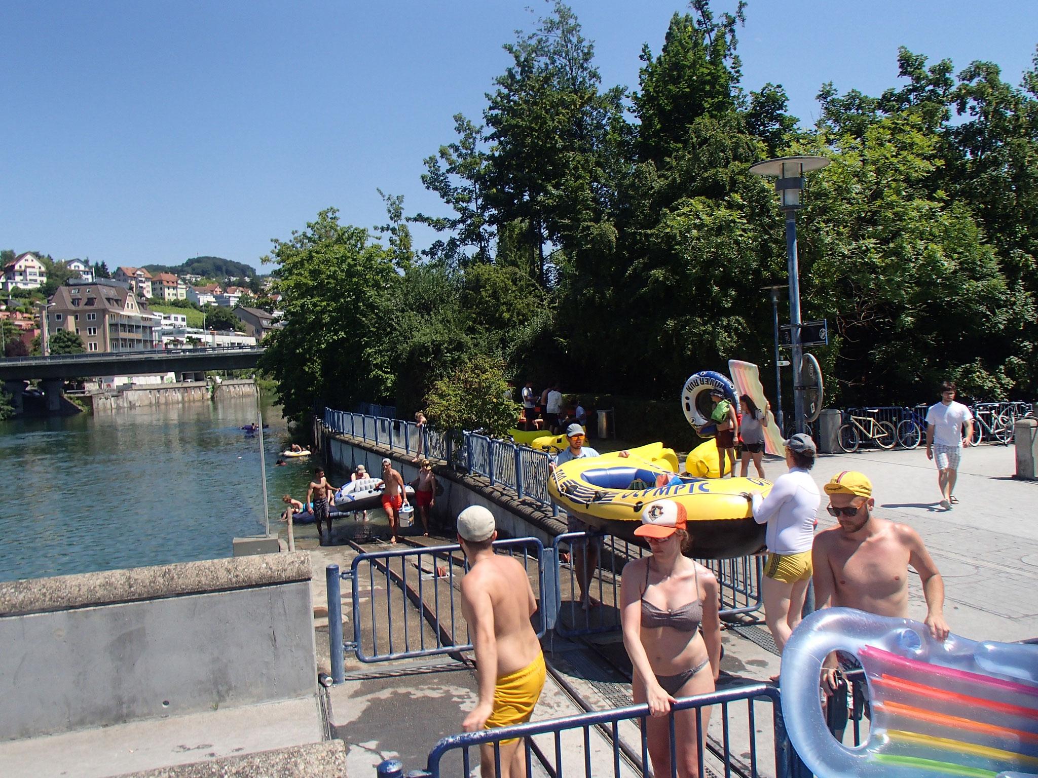 Viele Zürcher geniessen den Hochsommer auf dem Fluss