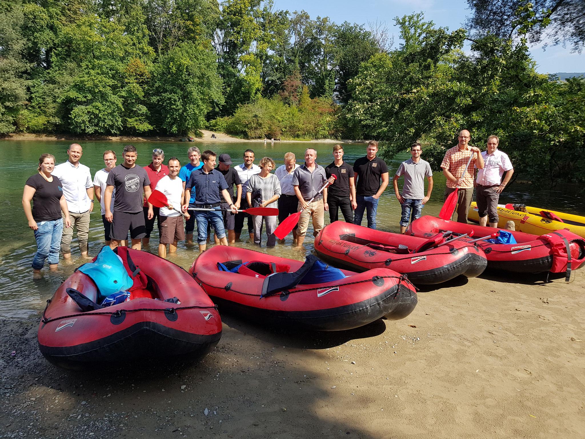 Team Event auf der Reuss mit Pause bei der Sandbank in Fischbach-Göslikon