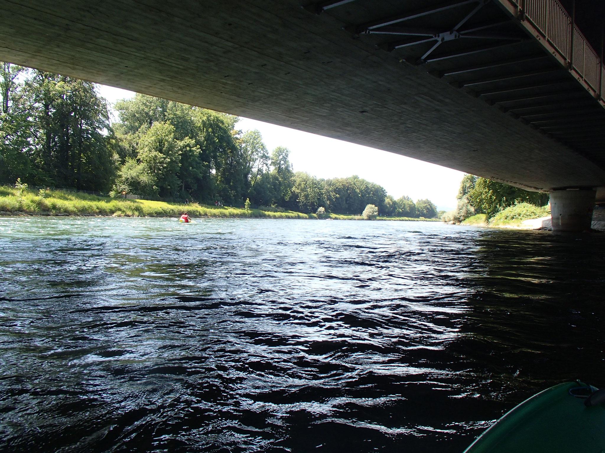 mit dem Kajak unter Brücken bieten neue Perspektiven