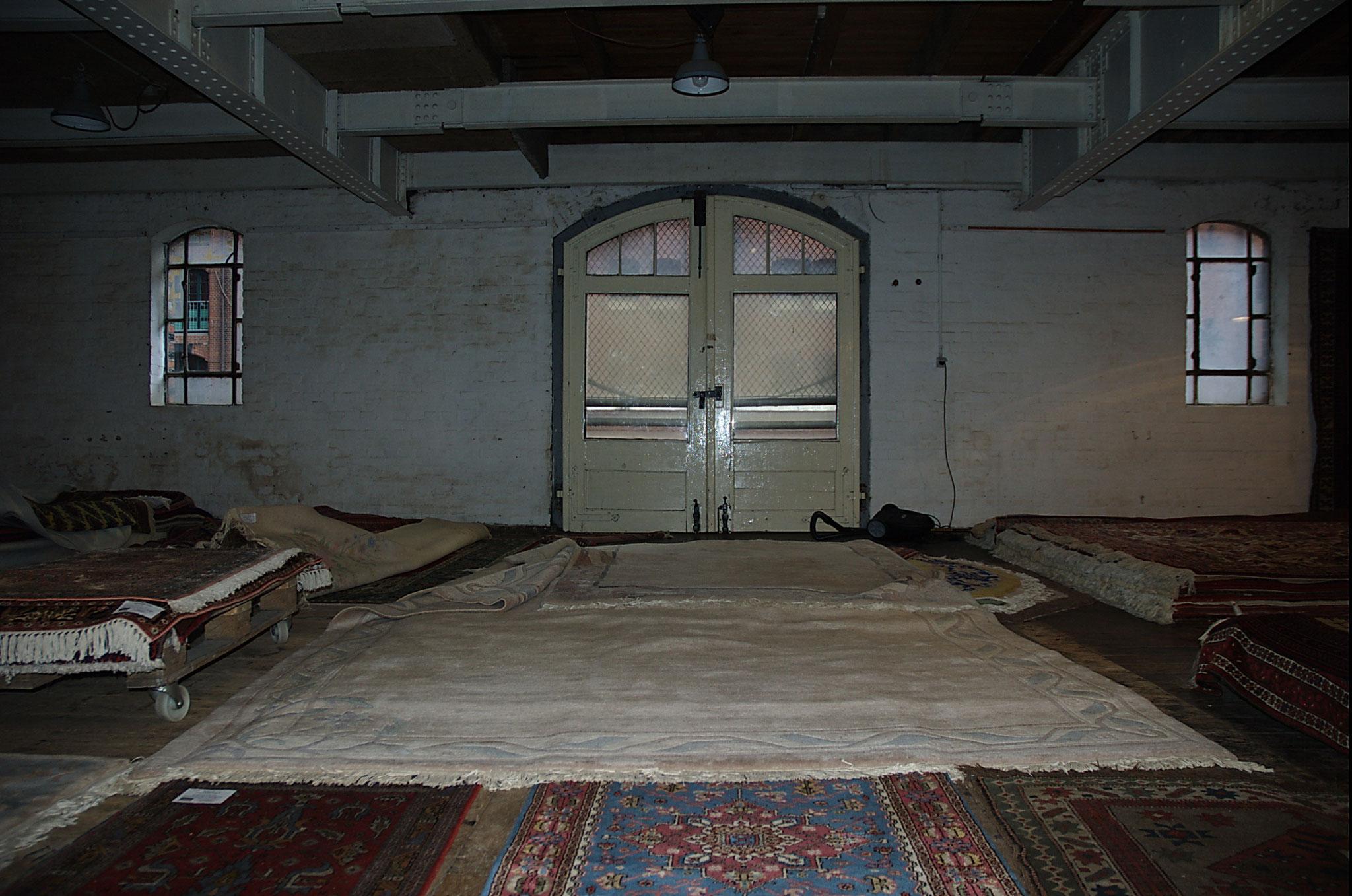 und wenn man hochläuft, zum Gewürzmuseum, kann man hier überall kurz einen Blick reinwerfen und vielleicht sogar einen Teppich kaufen..:-)