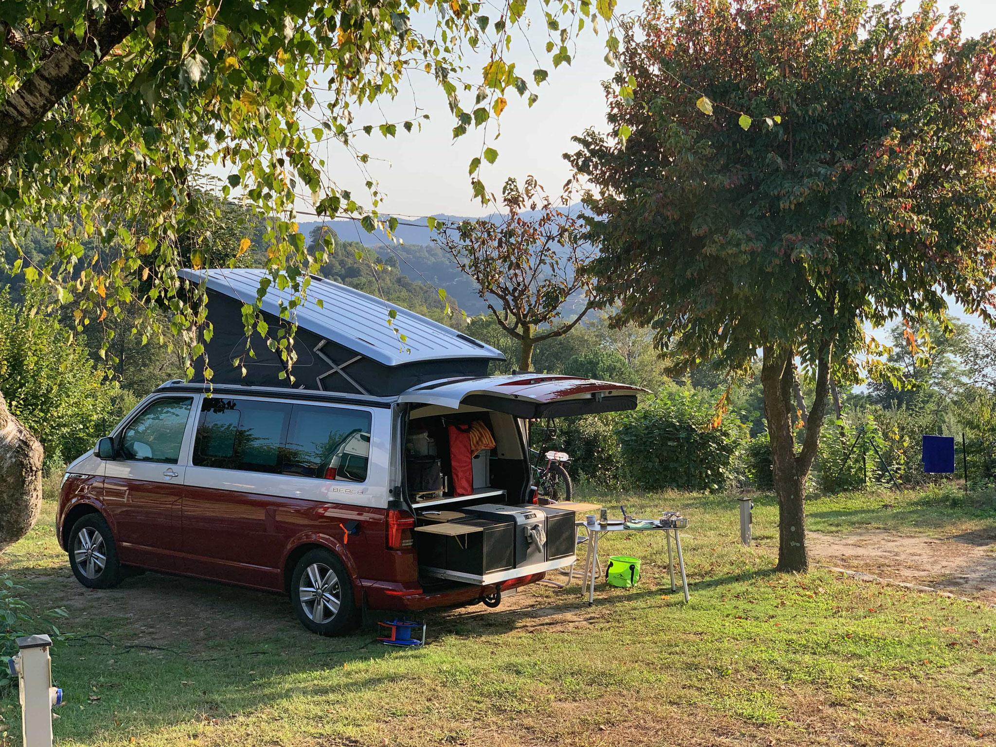 Hirschbulli Der VW-Bus T6.1 California Beach am Ortasee