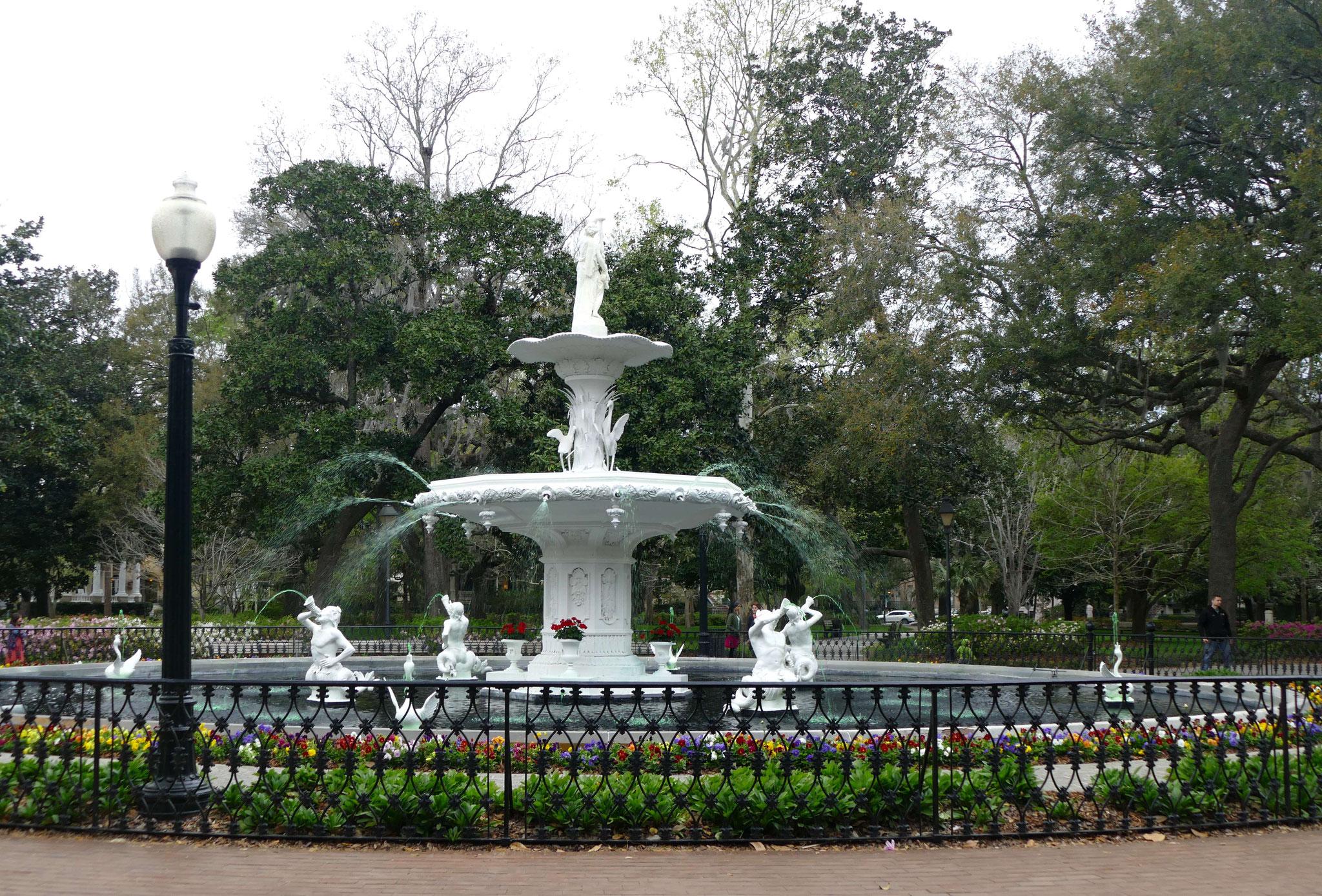 """Der Springbrunnen im Forsyth Park mit grünem Wasser zum St. Patricks Day_ein Ort aus dem Film """"Forrest Gump"""""""