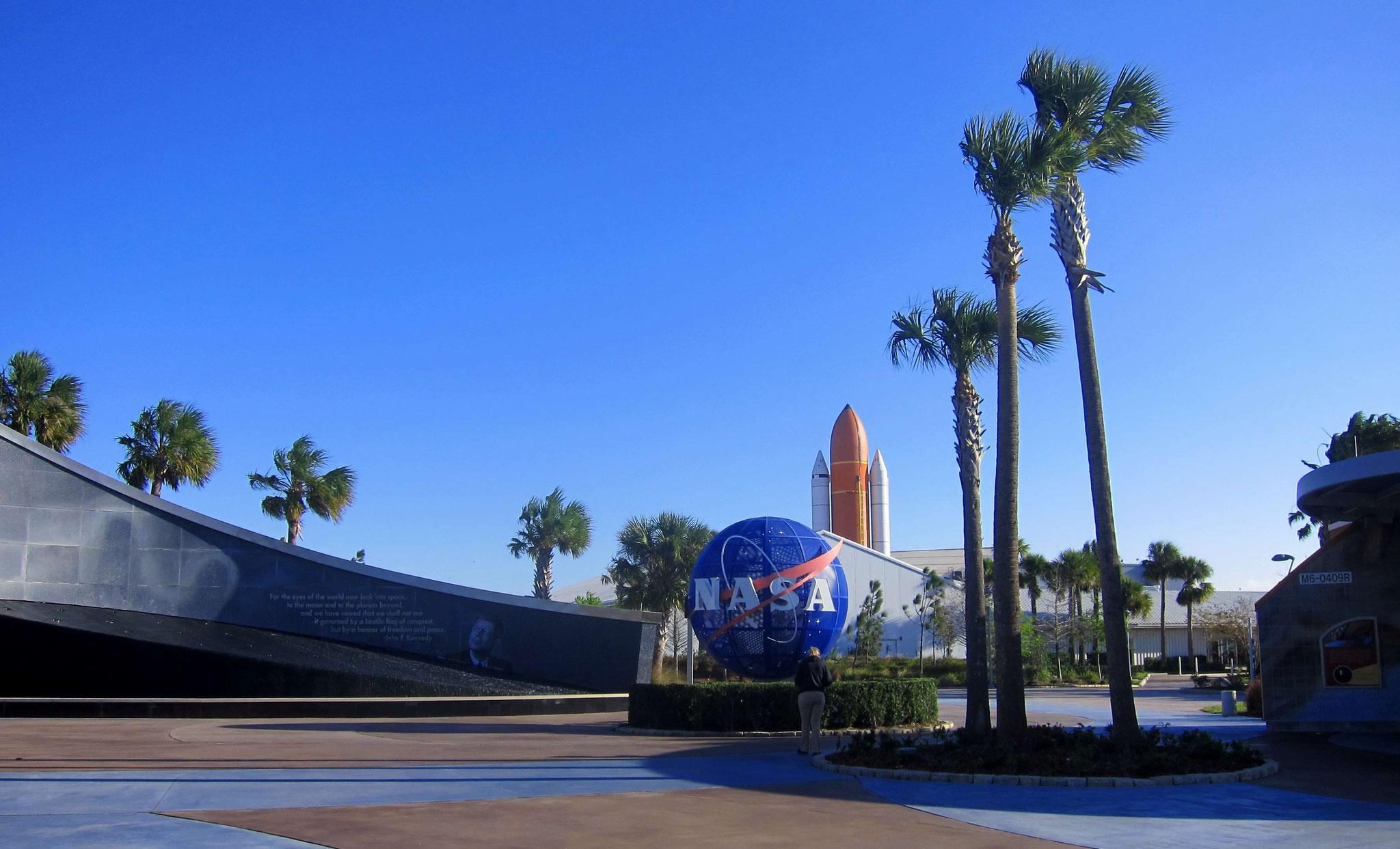 Blick vom Eingang auf das Raketensystem der Shuttles - in der Mitte der Tank, außen zwei Raketen