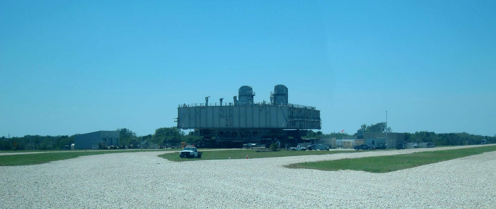 Ein Crawler - eine Transportraupe für Raketen oder früher für die Shuttlesysteme