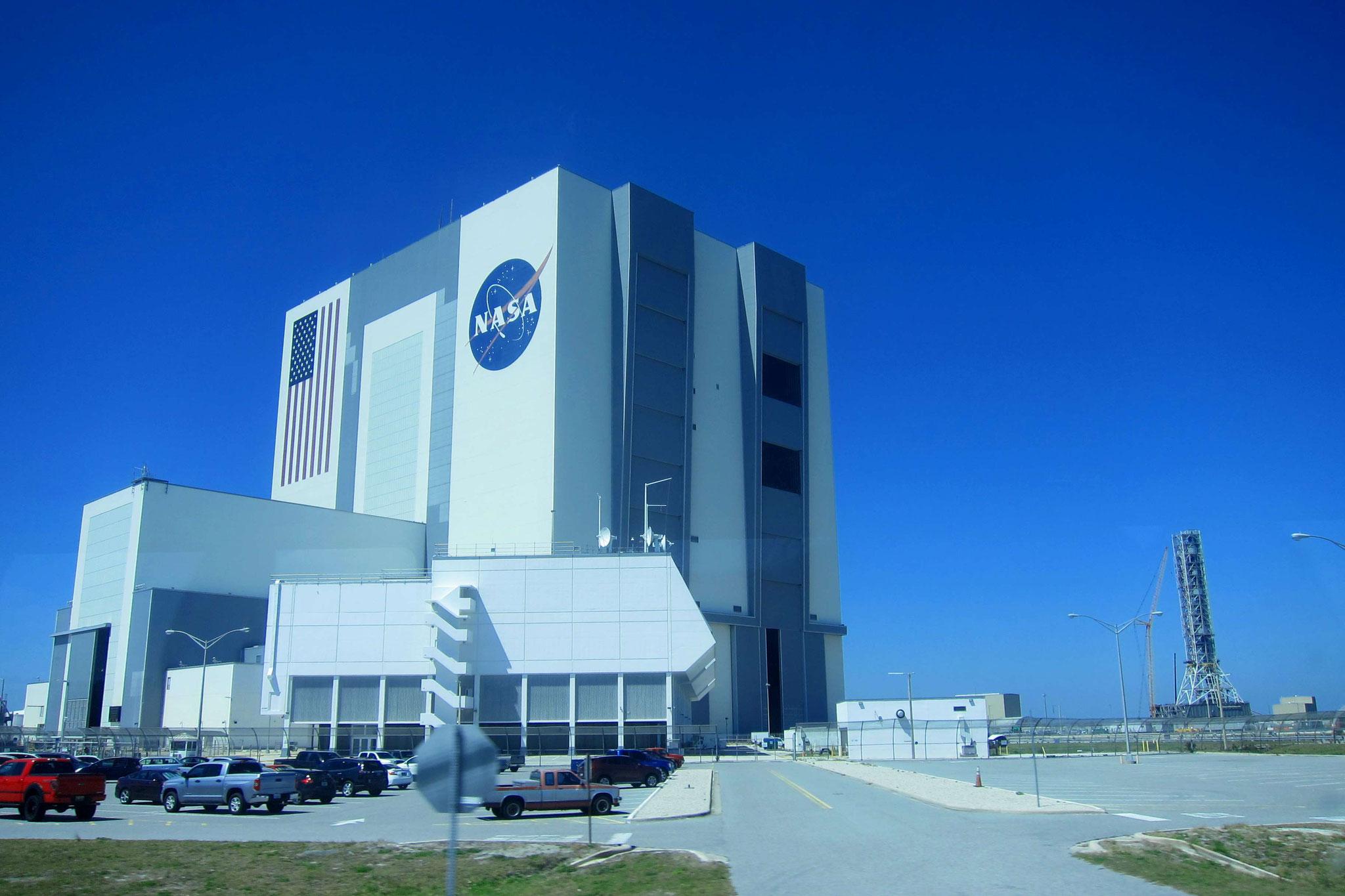 """Das Wahrzeichen des Kennedy Space Centers - das Montagegebäude für Raketen mit 160 Metern, die """"assembly hall"""""""