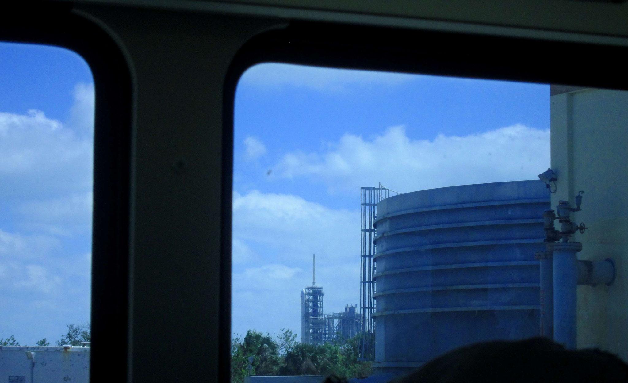 Auf der Bustour durch das Gelände - Blick auf die bereitstehende Rakete Falcon 9