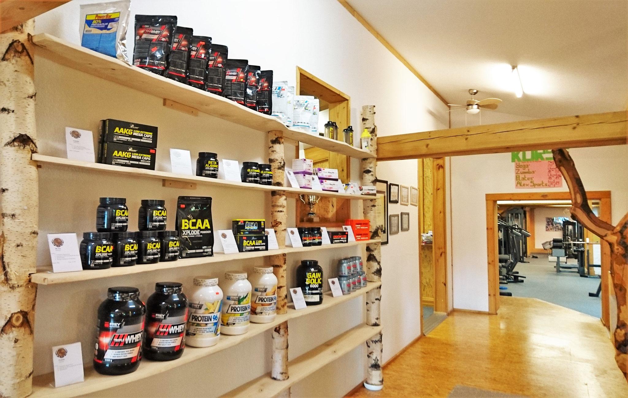 In unserem Supplementen-Regal findest du alles was das Fitness-Herz begehrt.