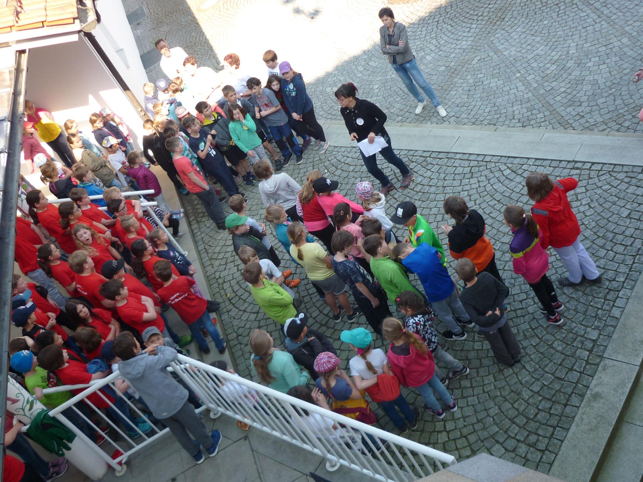 """Tschechische und Patersdorfer Kinder singen gemeinsam das Lied """"Bruder Jakob""""  in mehreren Sprachen"""