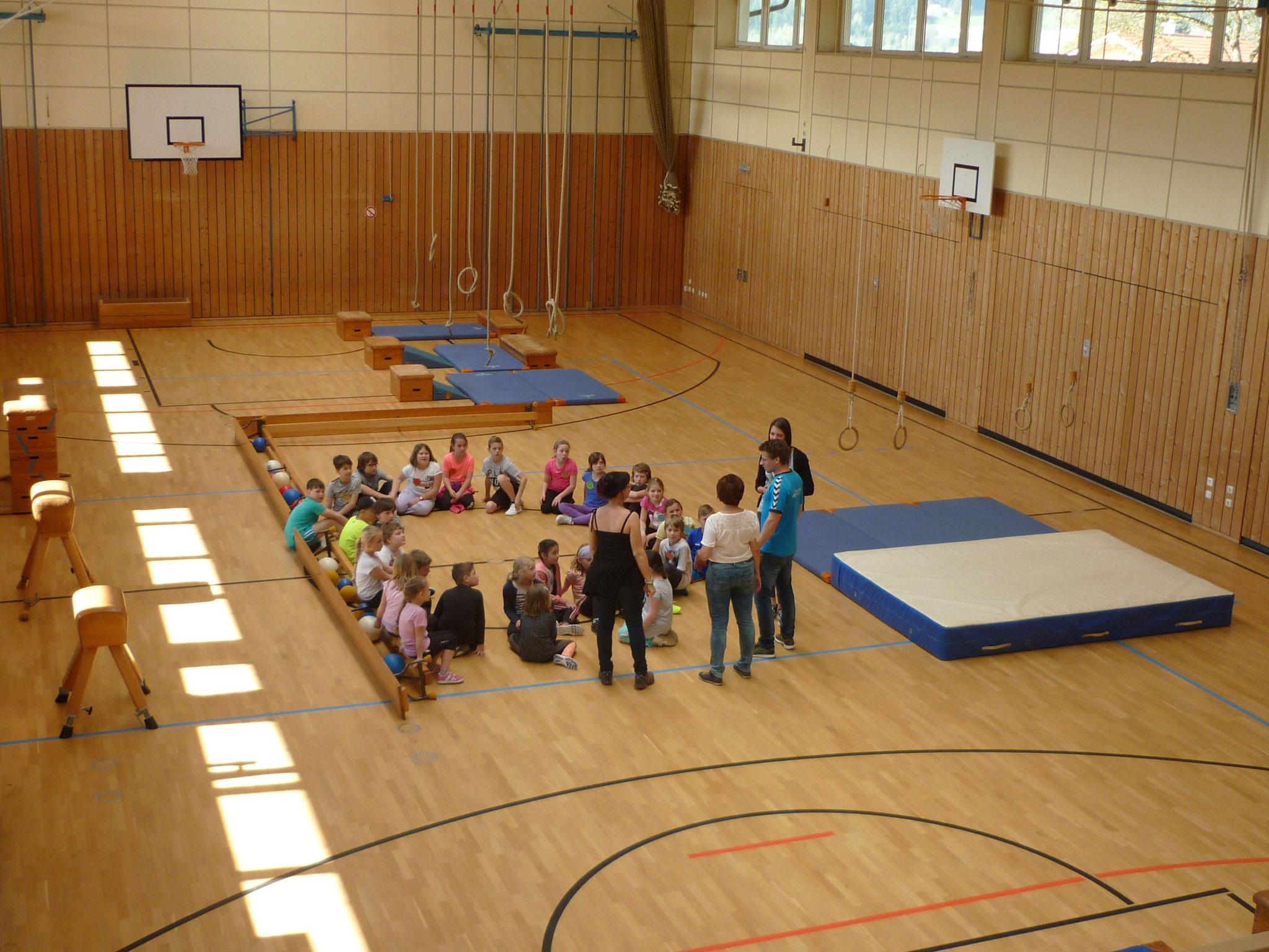 Bewegungsparcours in der Turnhalle, organisiert und betreut von Herrn Wittenzellner