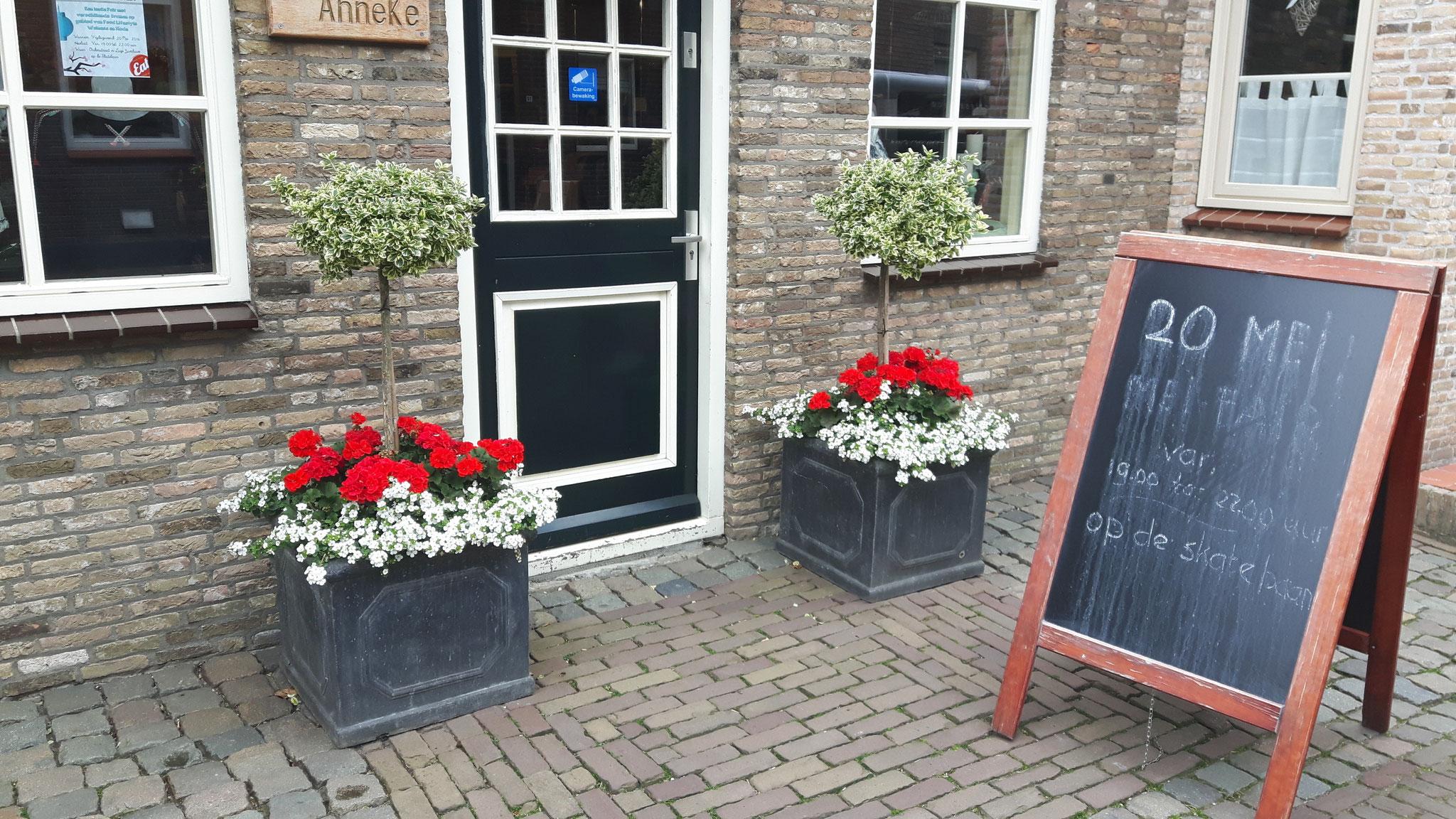 Opvullen van bestaande bloembakken Kapsalon Anneke Lage Zwaluwe