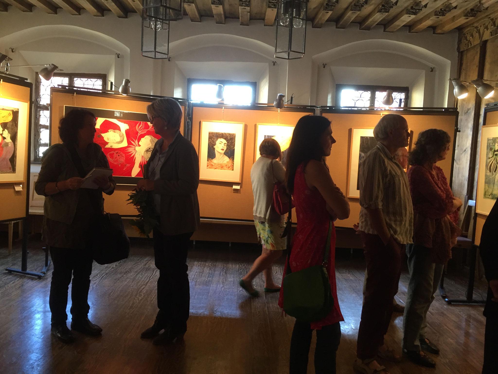 Austellung der Bilder von Monika Veth - Monika Veth (zweite von links) beim Interview