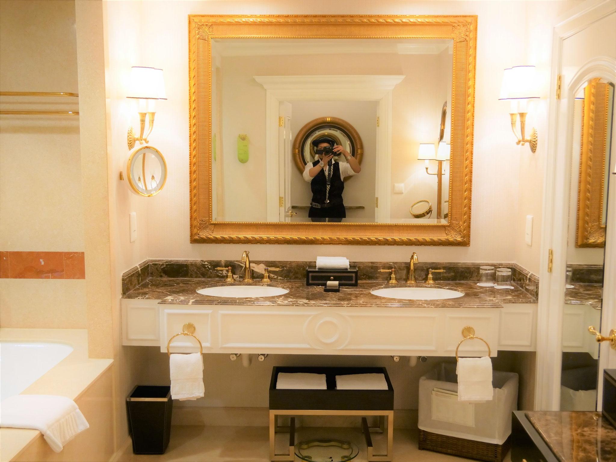 鏡の枠も蛇口もゴールド