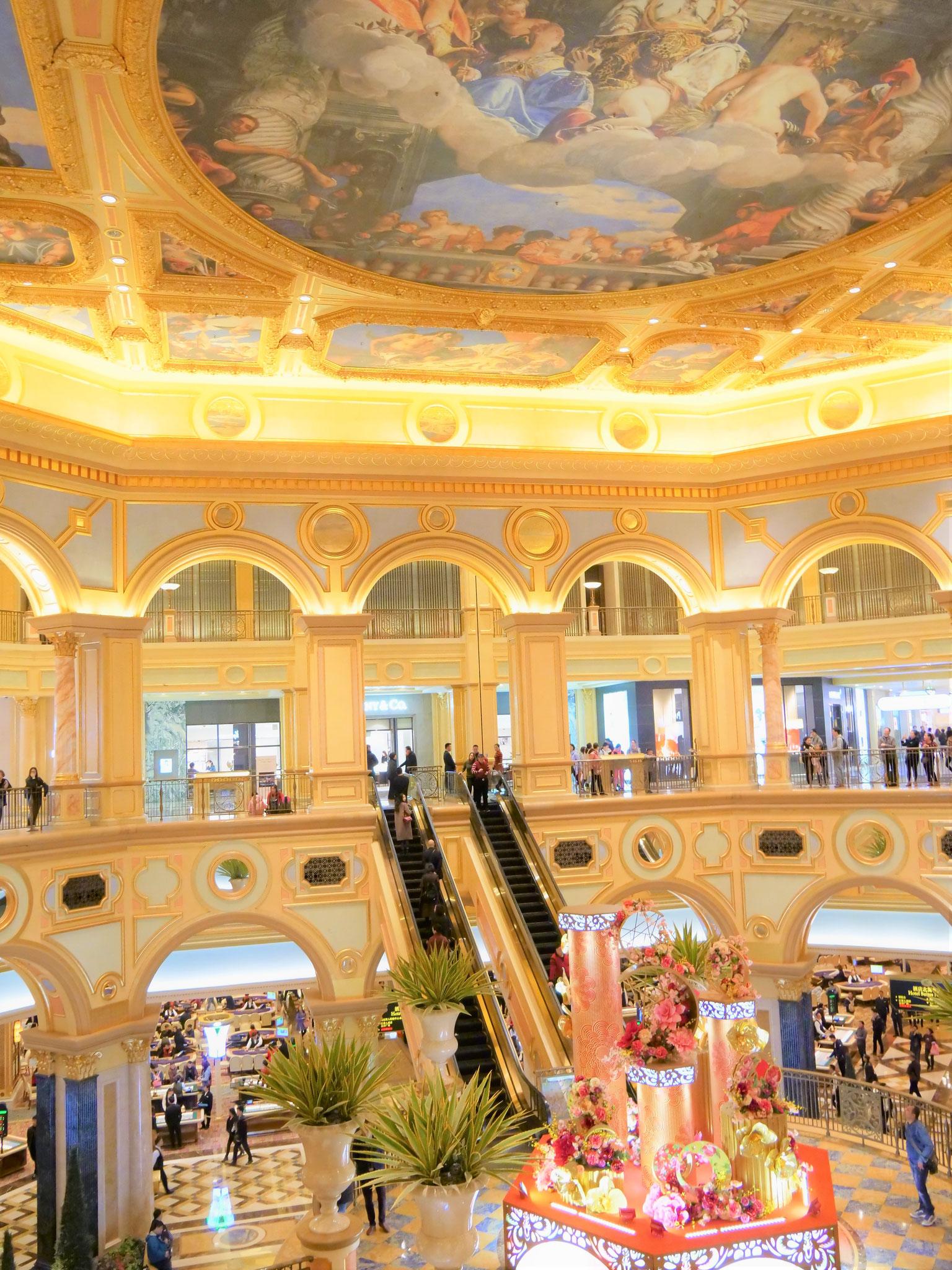 天井の装飾の美しさ、そしてデカさ!