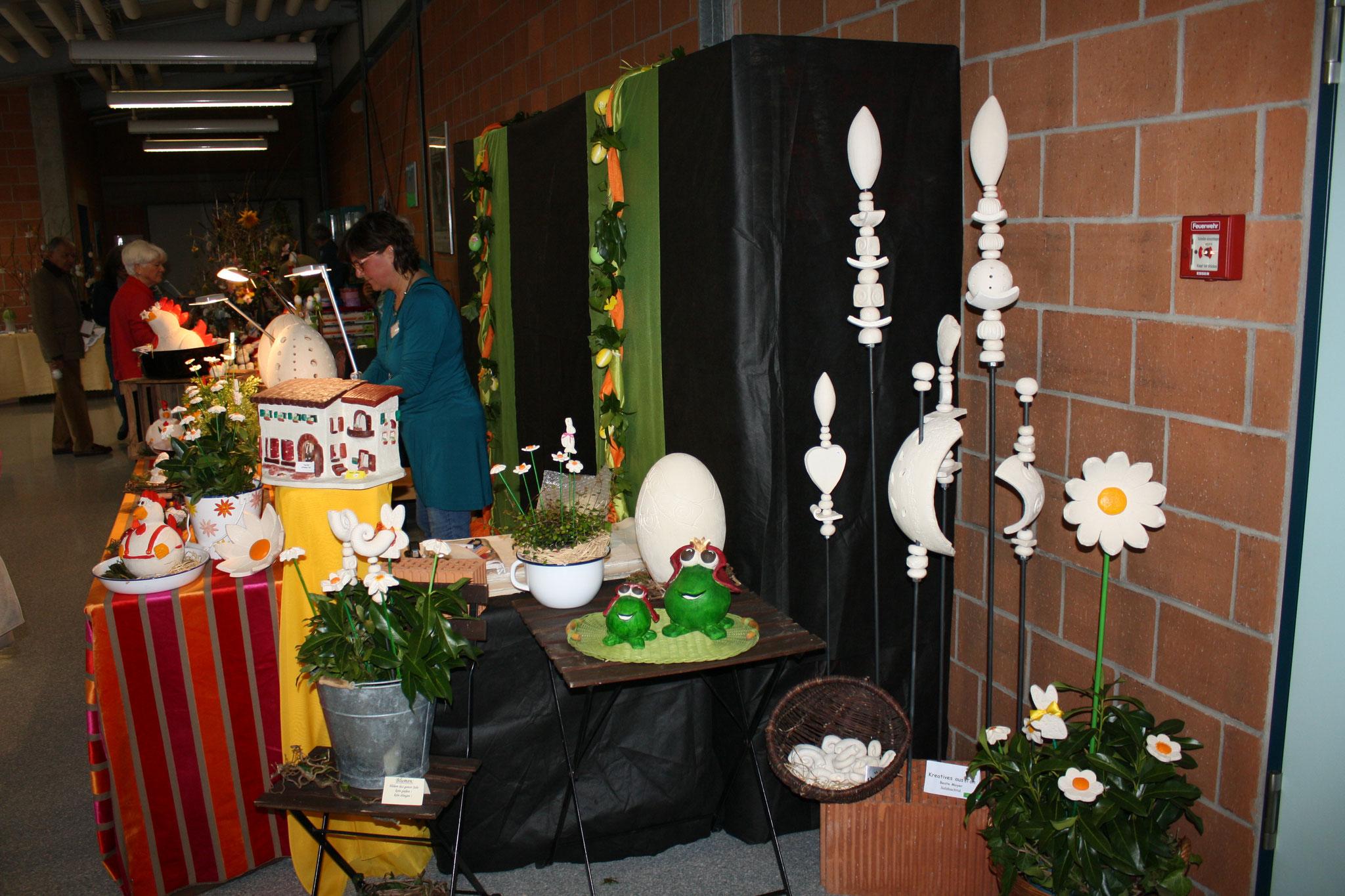 Frau Kühne mit filigranen Kratzarbeiten auf dem Ei