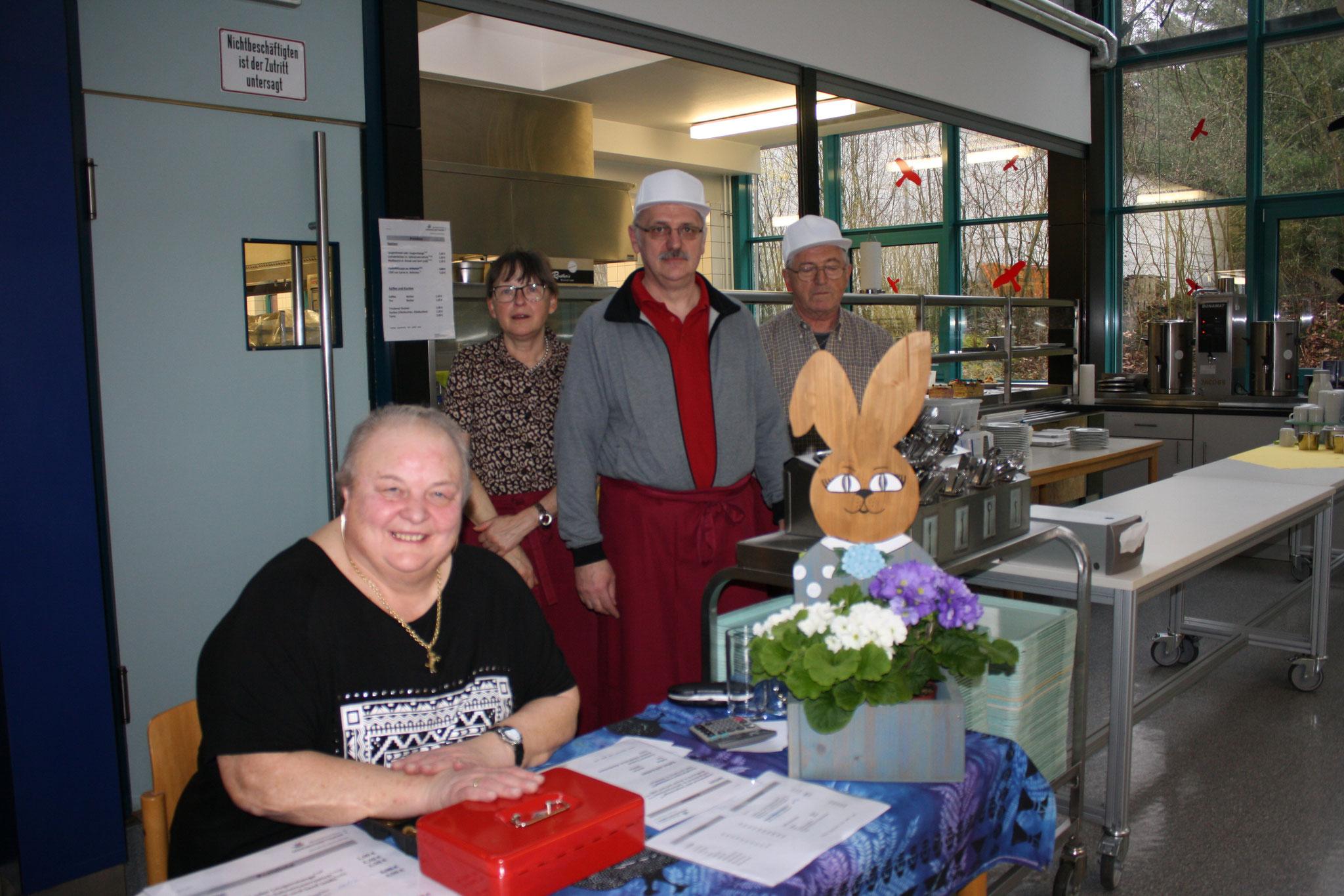 Die fleißigen Helfer in der Cafeteria