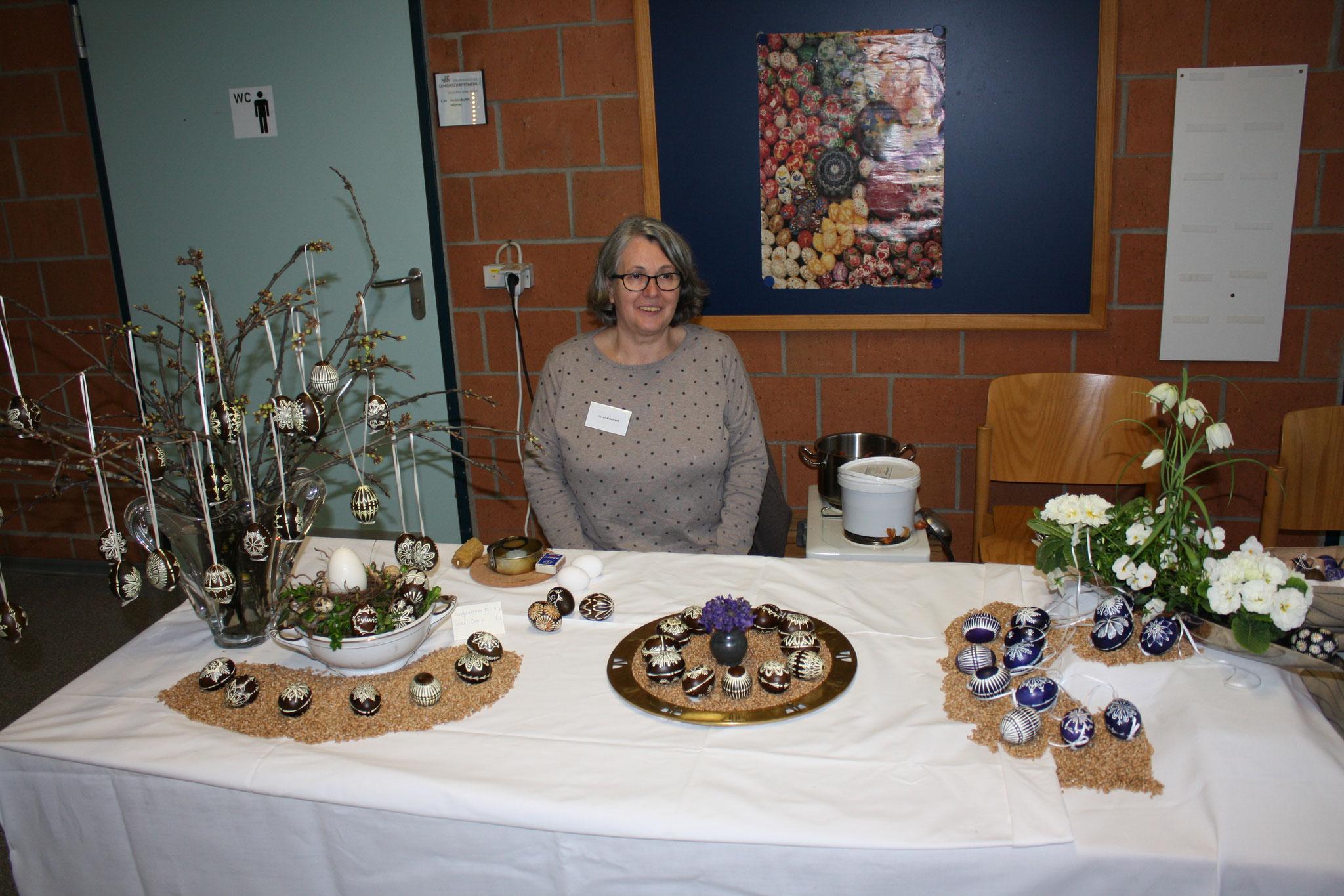 Frau Rheinfrank eine alte Tradition mit Zwiebelschalen und einen rostigen Nagel gefärbte Eier
