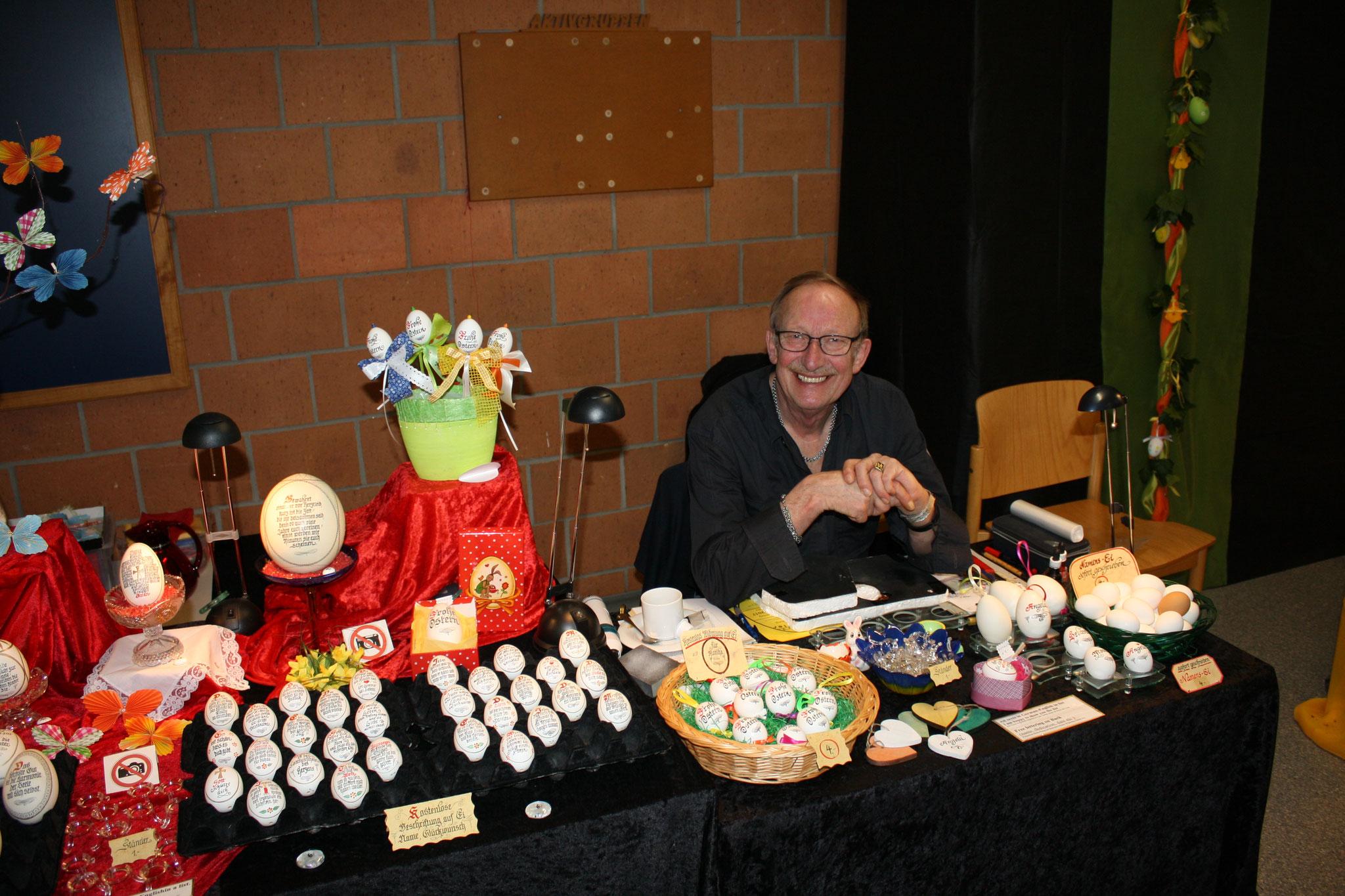 Herr Müller mit seinen Kalligraphieeiern
