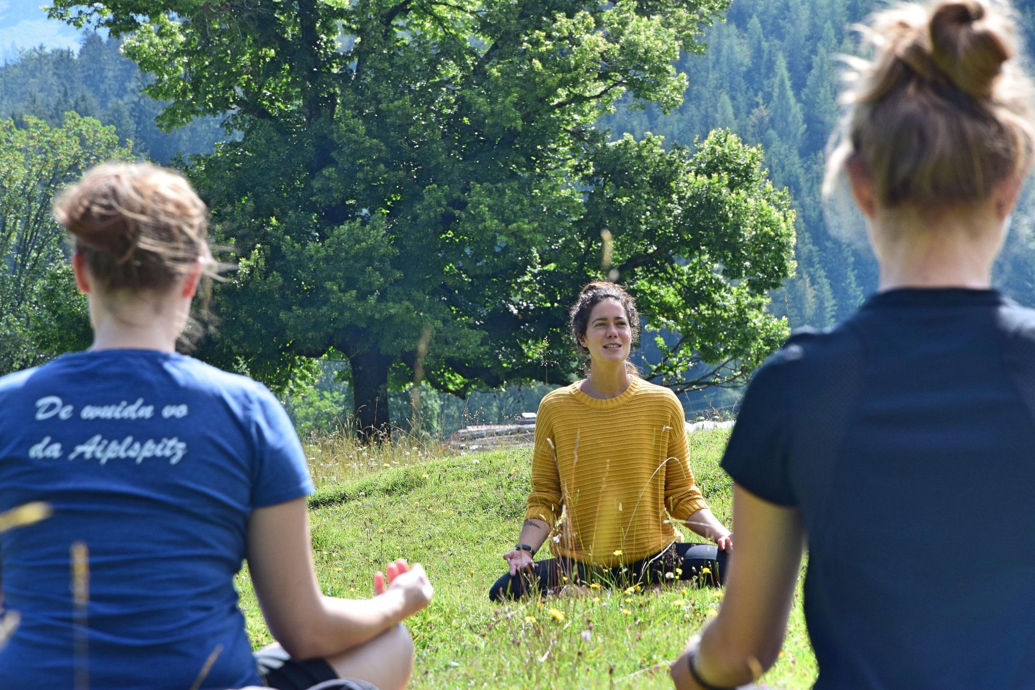 Wiesen-Yoga mit Maria