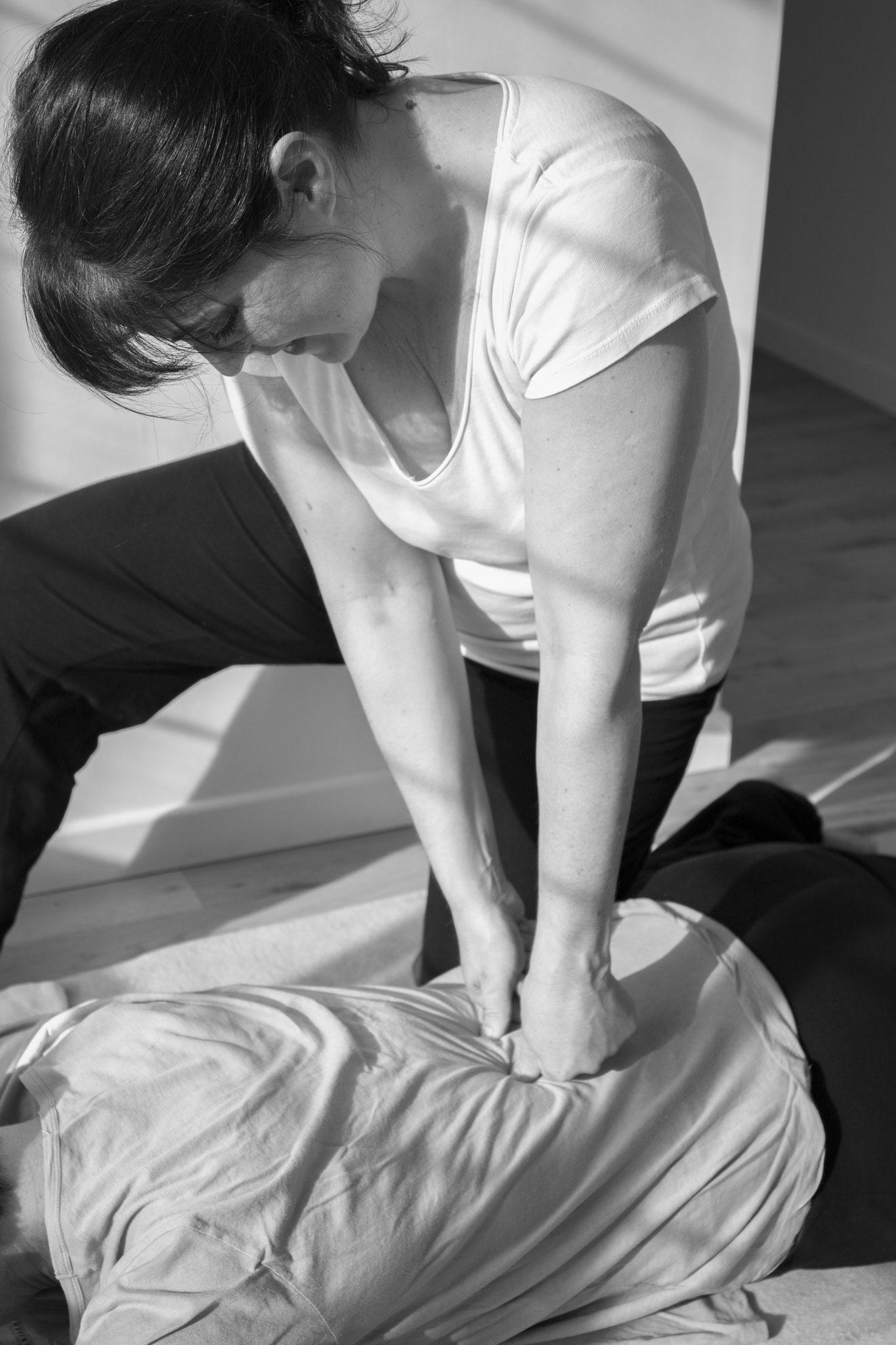 Shiatsu. Dénouer les tensions, appaiser, rééquilibrer le corps et les émotions. Refaire circuler l'énergie. (crédit photo : Manon Loup-Hadamard)