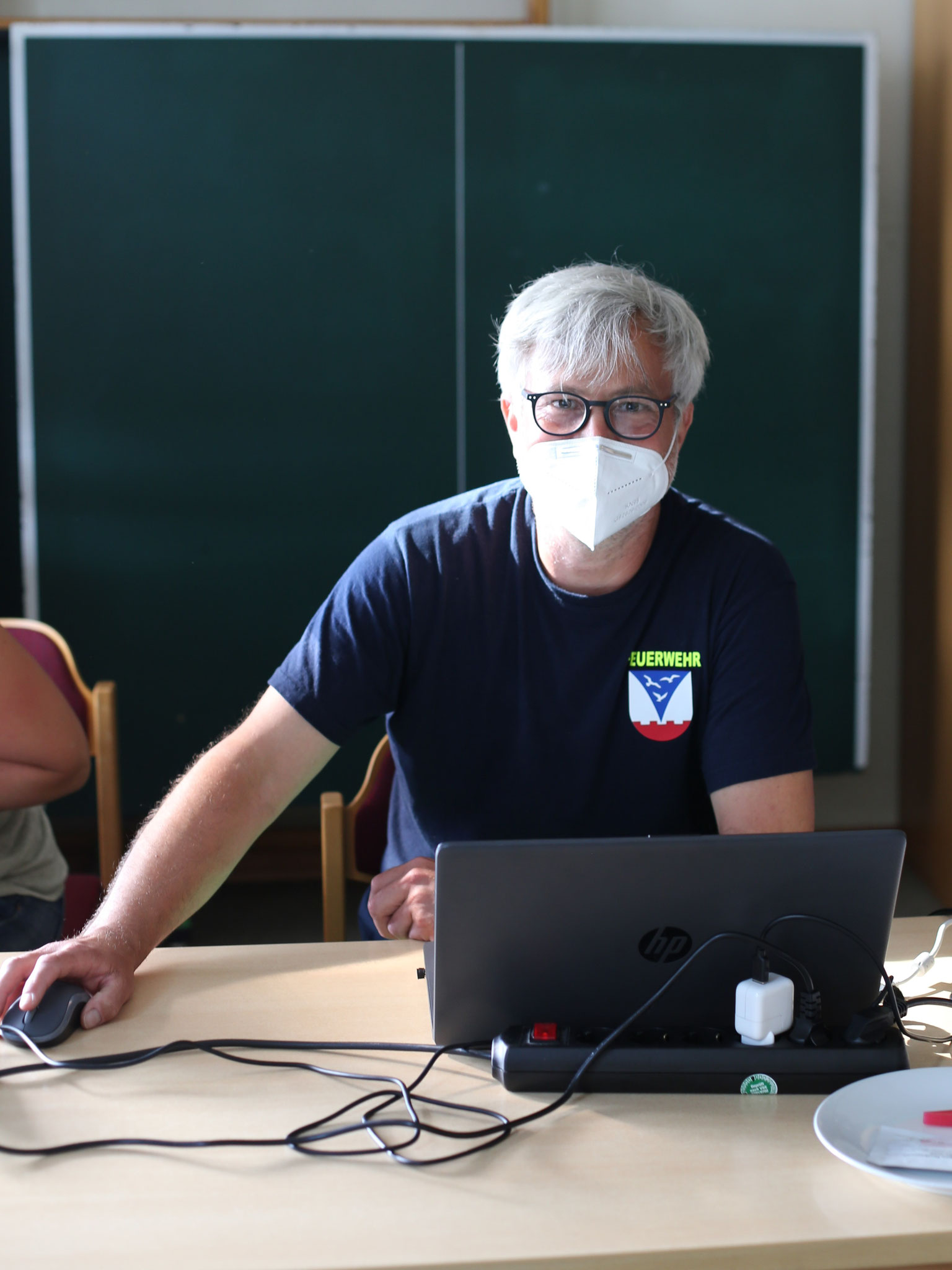 Philipp speichert die Daten. Und flucht dann und wann. Immer wieder gibt es Änderungen am System. Anpassungen sind nötig.