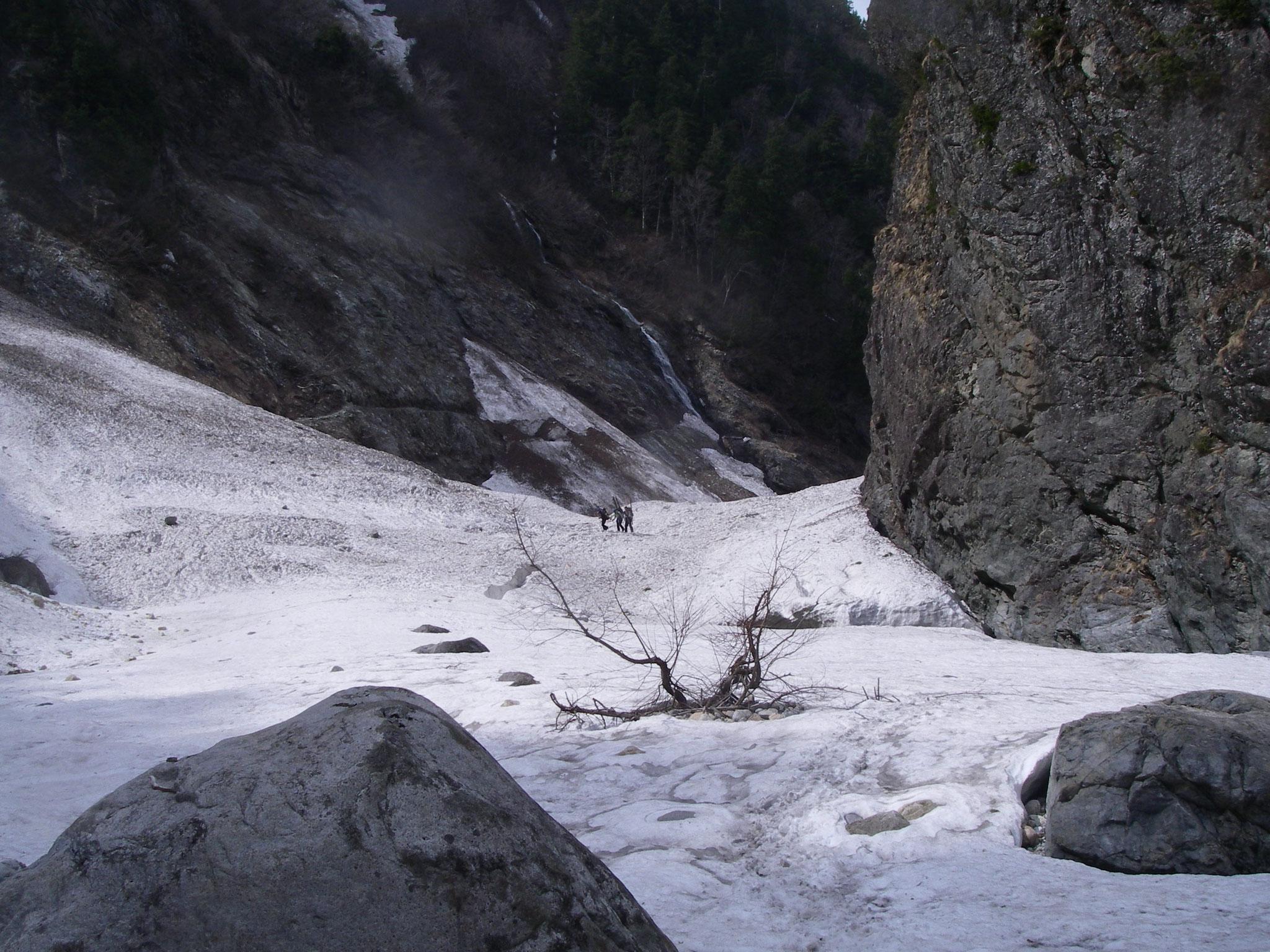 残雪に埋まる黒部下の廊下
