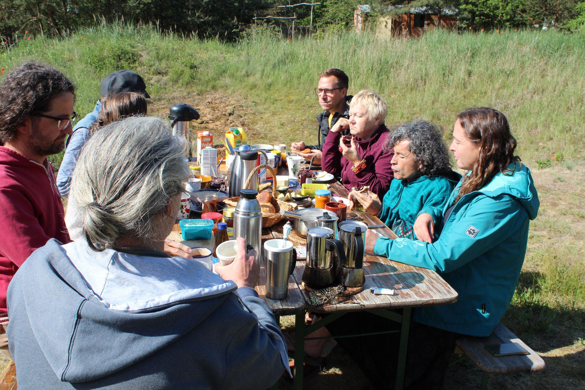 Karawanenstart - erstes gemeinsames Frühstück am Di mit der Canto Street Band