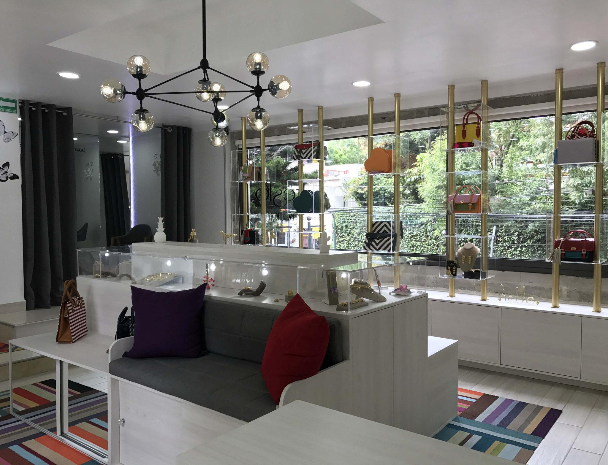 Un gran consejo que te podemos dar es que utilices en lo mayor posible el espacio de tus muebles. En este caso se aprovechan los interiores tanto de la isla con asientos, como en el mueble de exhibición.