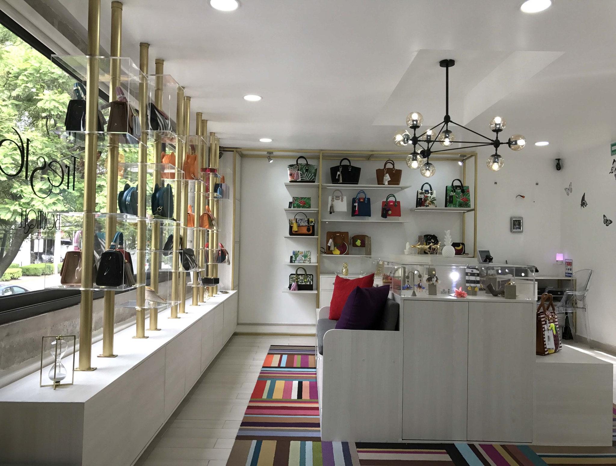 Con el acomodo adecuado en un local comercial se pueden exhibir diversos productos sin saturar el lugar.