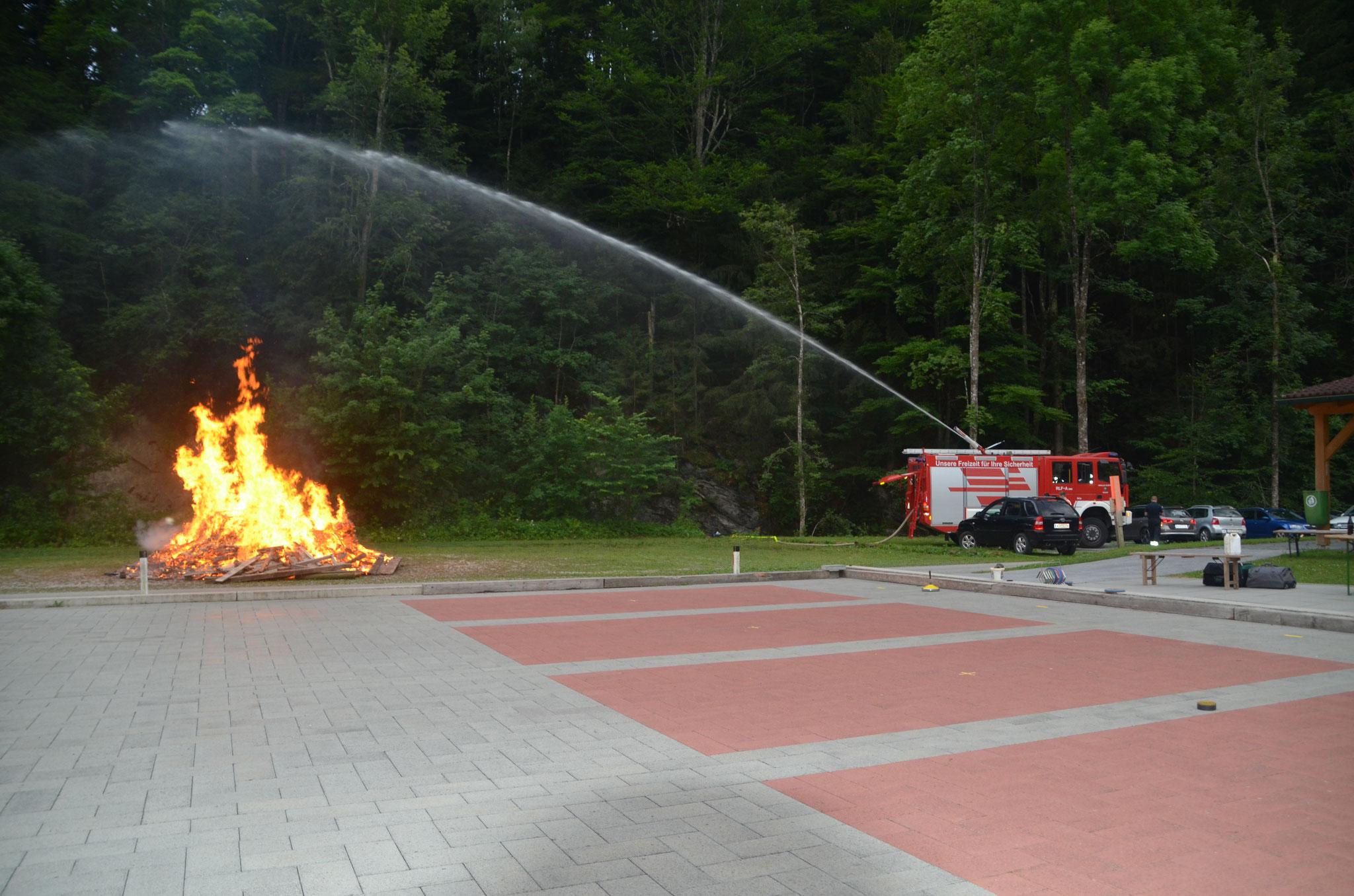 Die Feuerwehr bewässert das trockene Stauchwerk