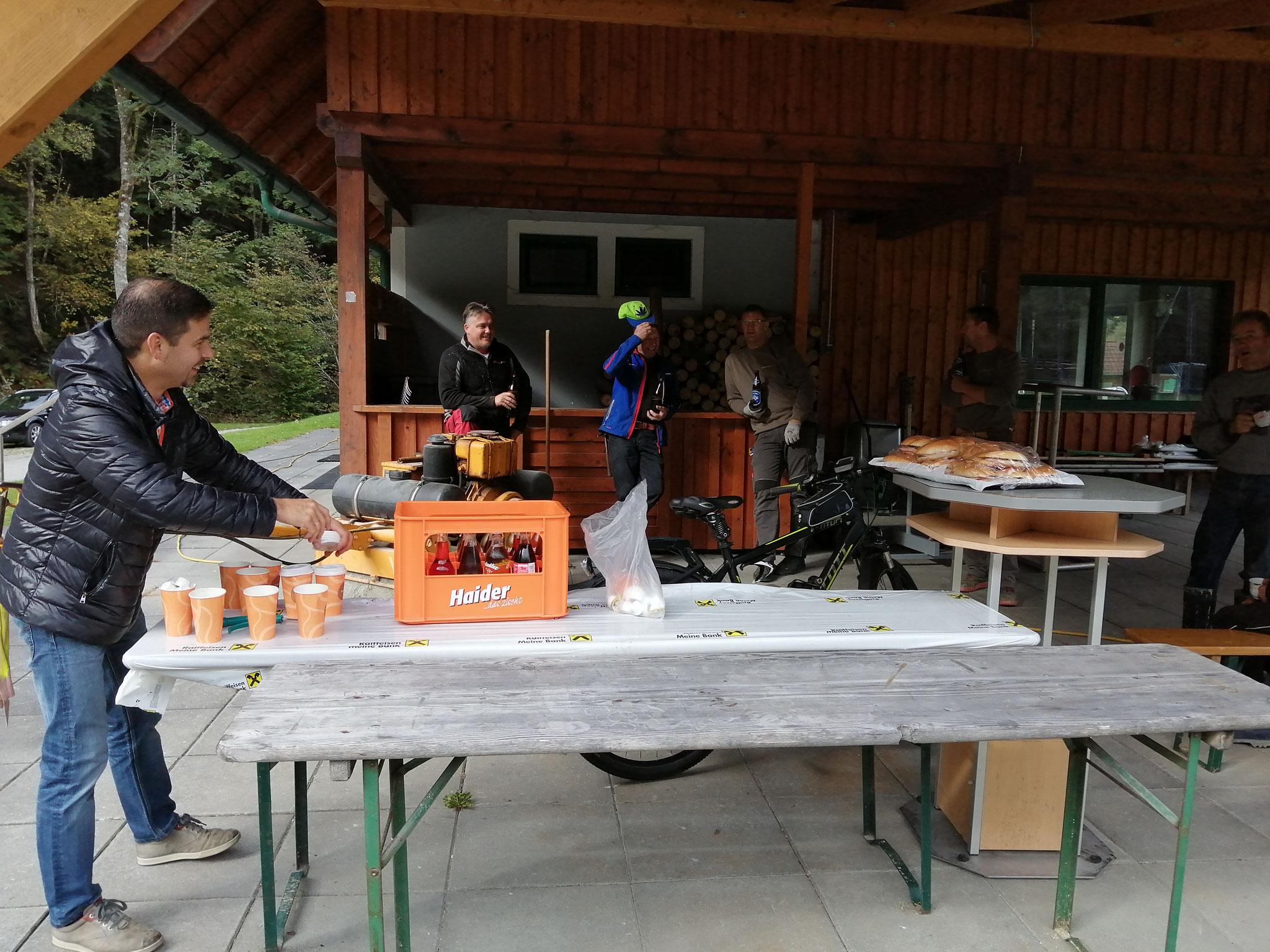 Rodlstubn Harry überrascht uns mit Kaffee und Wurstsemmeln