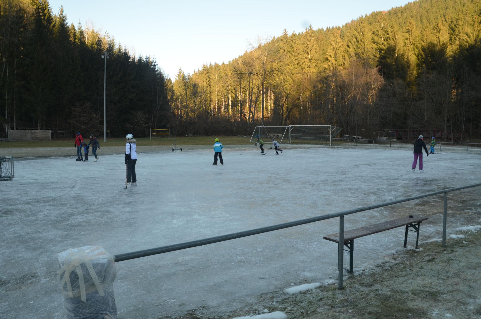 Eisläufer am Sportplatz