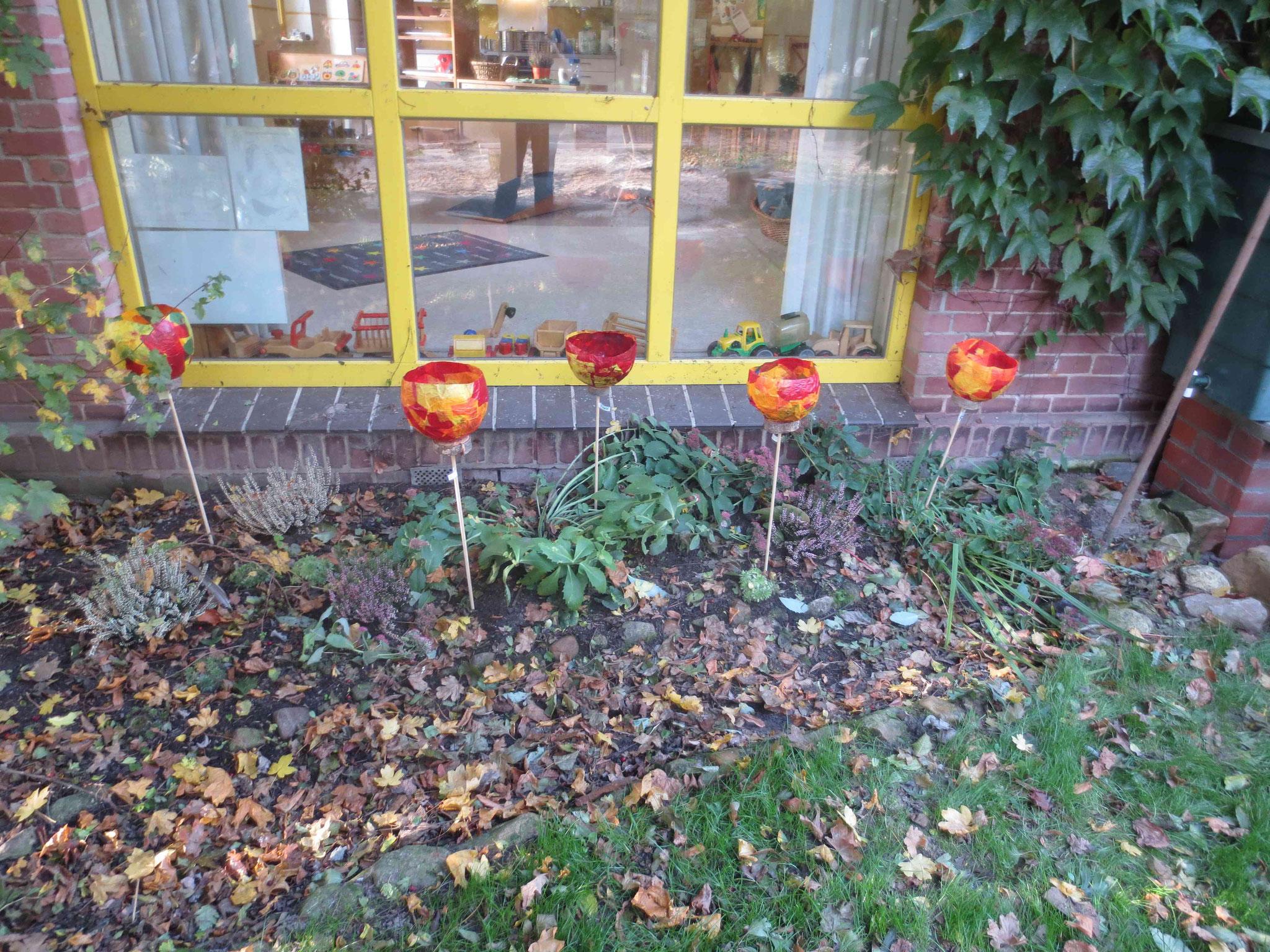 von den Kindern selbst gemacht: Leuchtende Herbstfackeln!