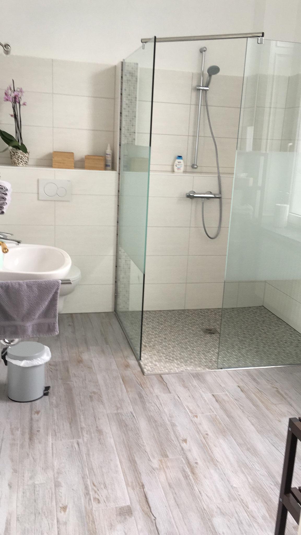 ein kleines, modernes Duschbad.