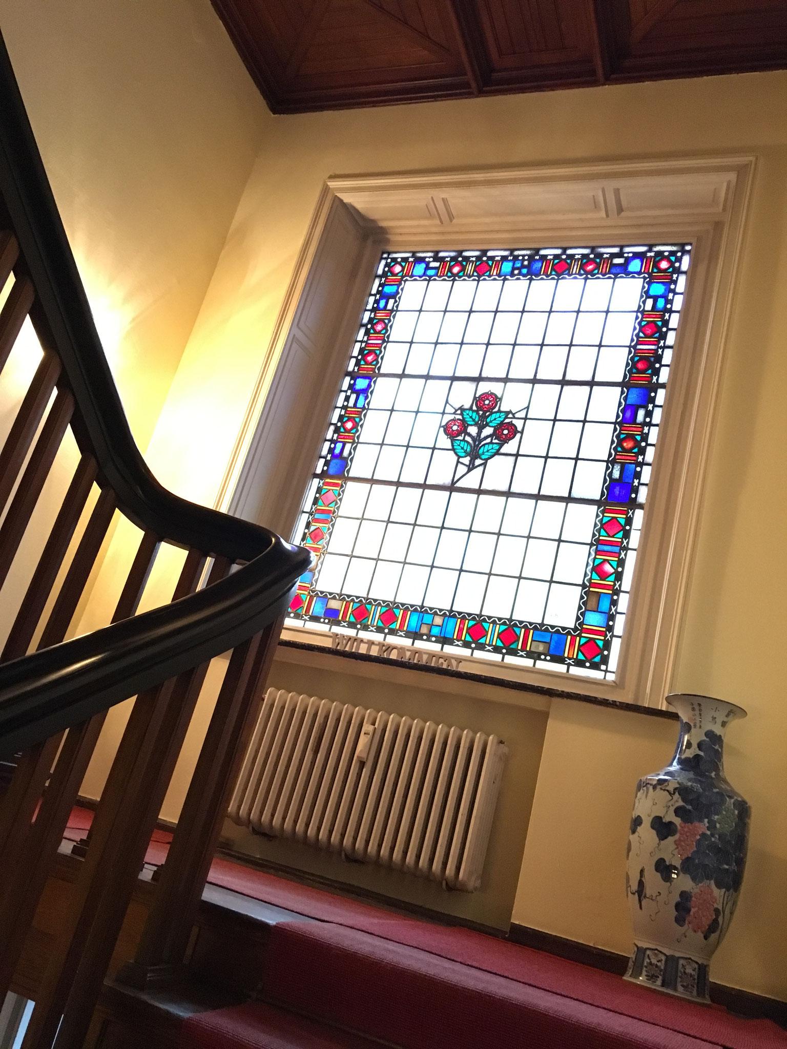 ...vorbei an einem wunderschönen, alten Fenster mit der Rose als Wappen der alten Familie Röders