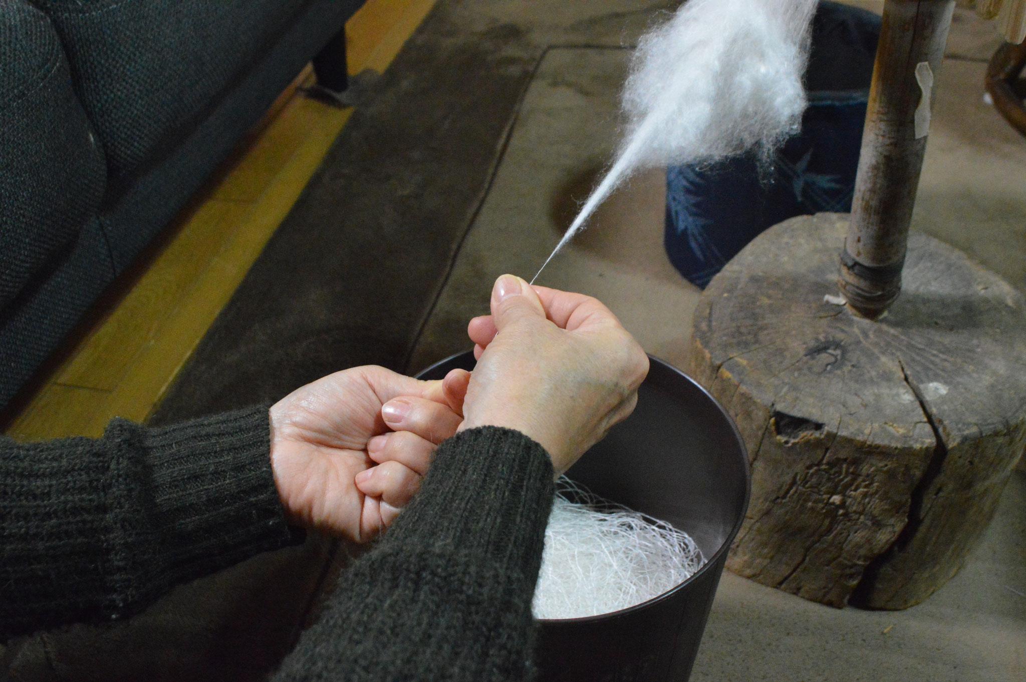 右手 中指と人差し指につばを付ける。