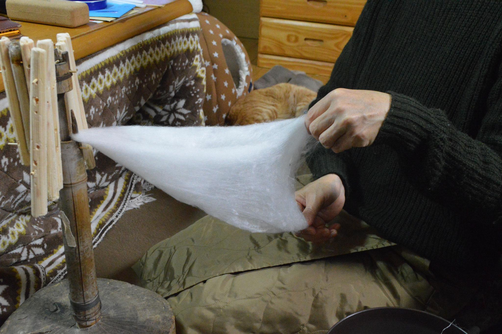 広げた綿を半部にたたみます