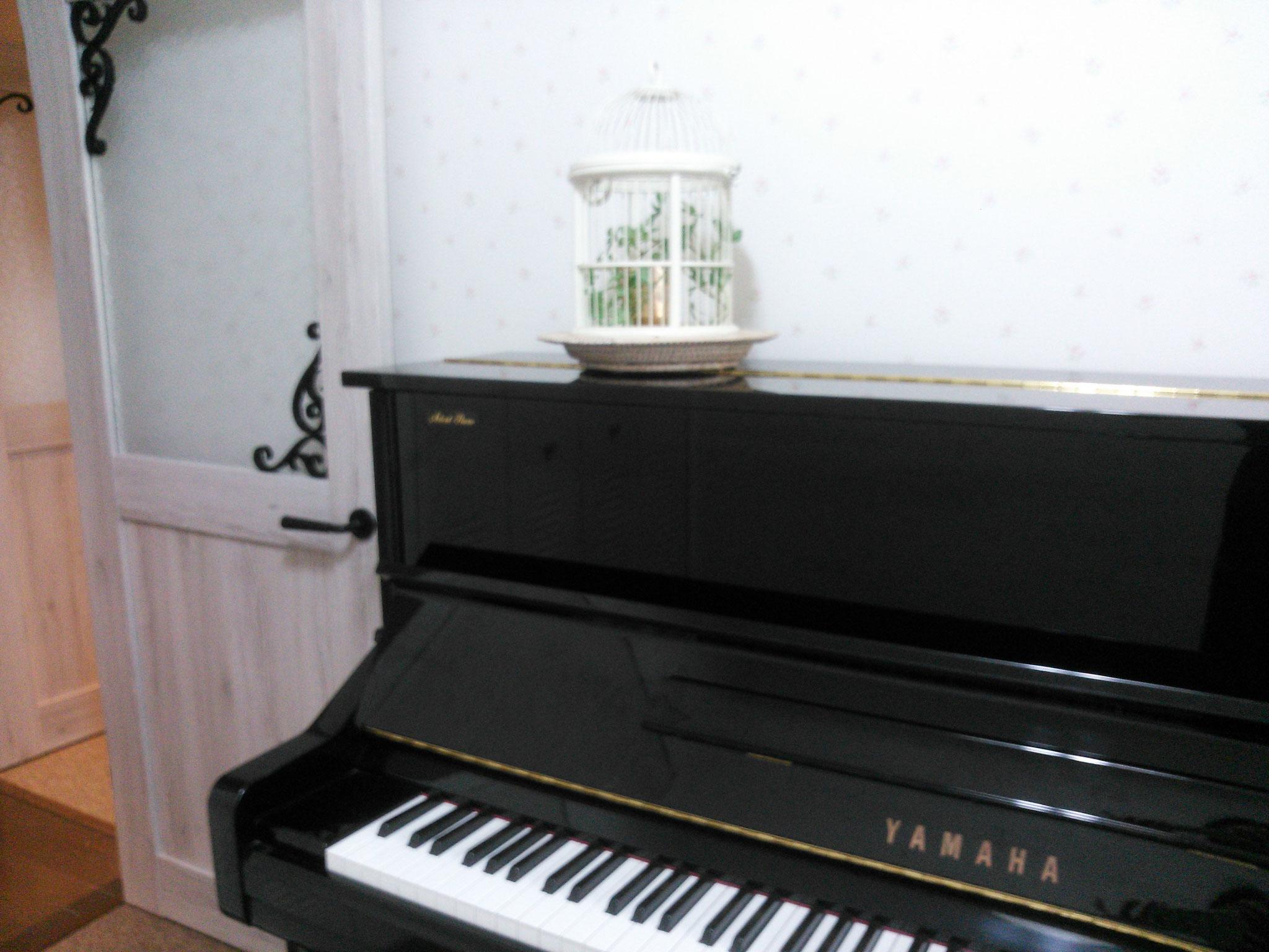 レッスン室Ⅱは、YAMAHAアップライトピアノ。防音完備。